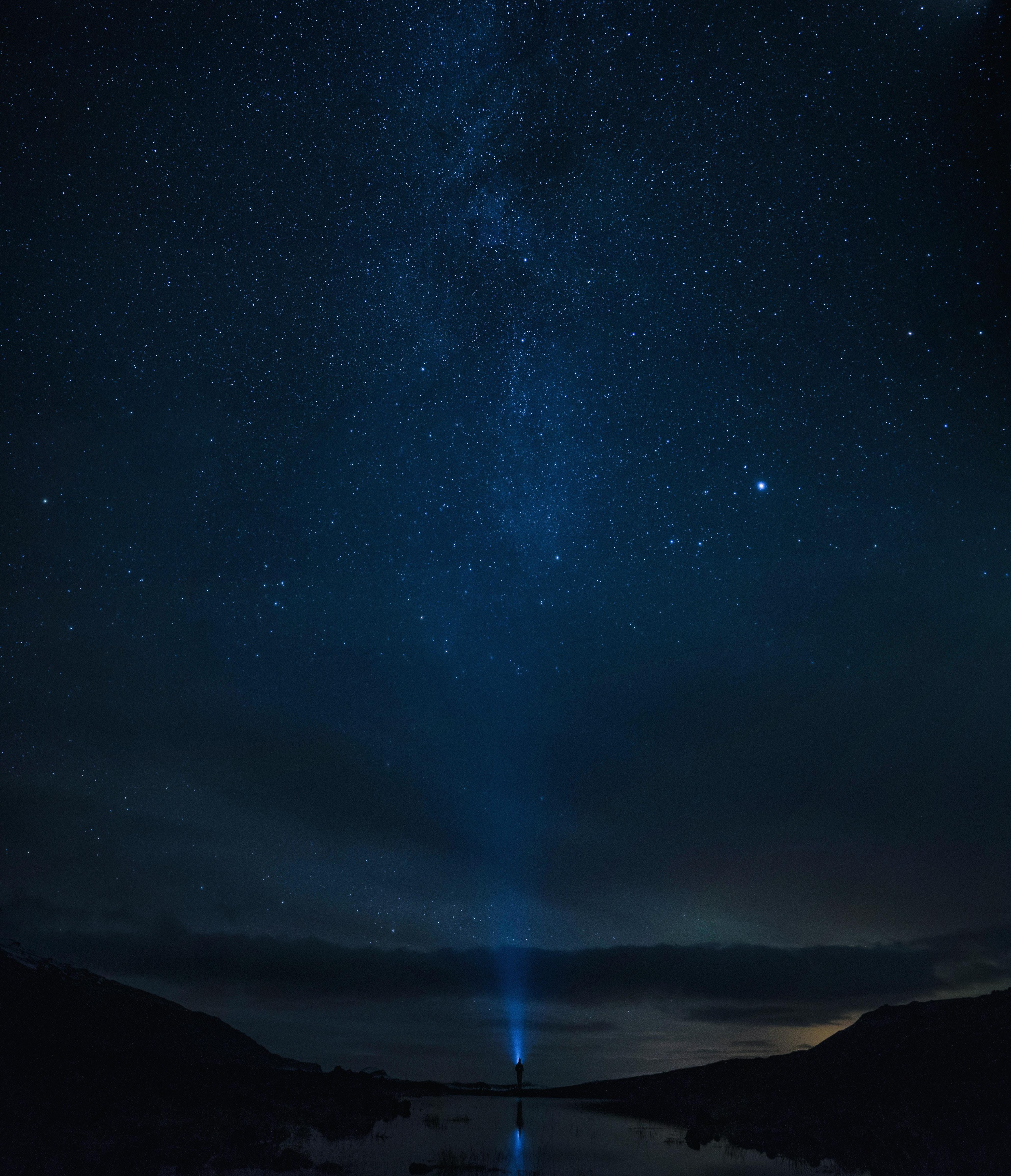 92328 скачать обои Одинокий, Темные, Звезды, Небо, Ночь, Горизонт, Силуэт, Звездное Небо, Одиночество - заставки и картинки бесплатно