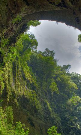 111246携帯電話用の緑壁紙を無料でダウンロード、自然, 峡谷, アーチ, 岩, 植生, スカイ, 雲, 下から 緑写真と携帯電話用スクリーンセーバー