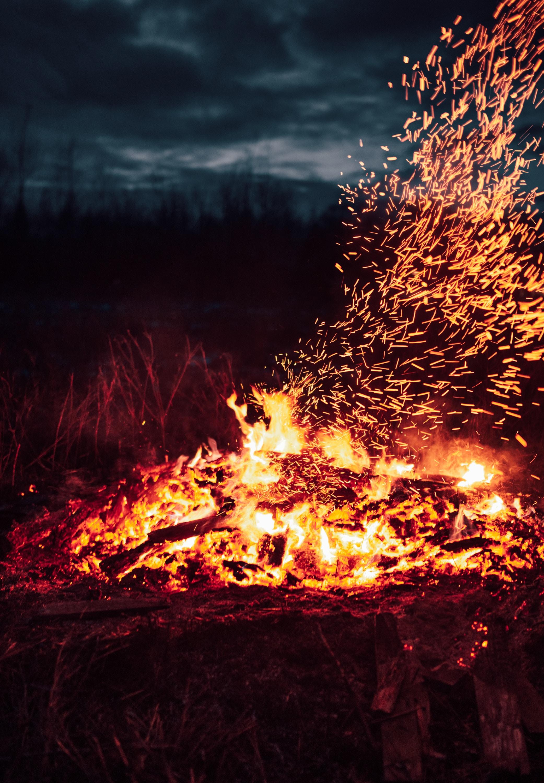 145529 Заставки и Обои Огонь на телефон. Скачать Огонь, Костер, Темные, Искры, Темный, Жар картинки бесплатно