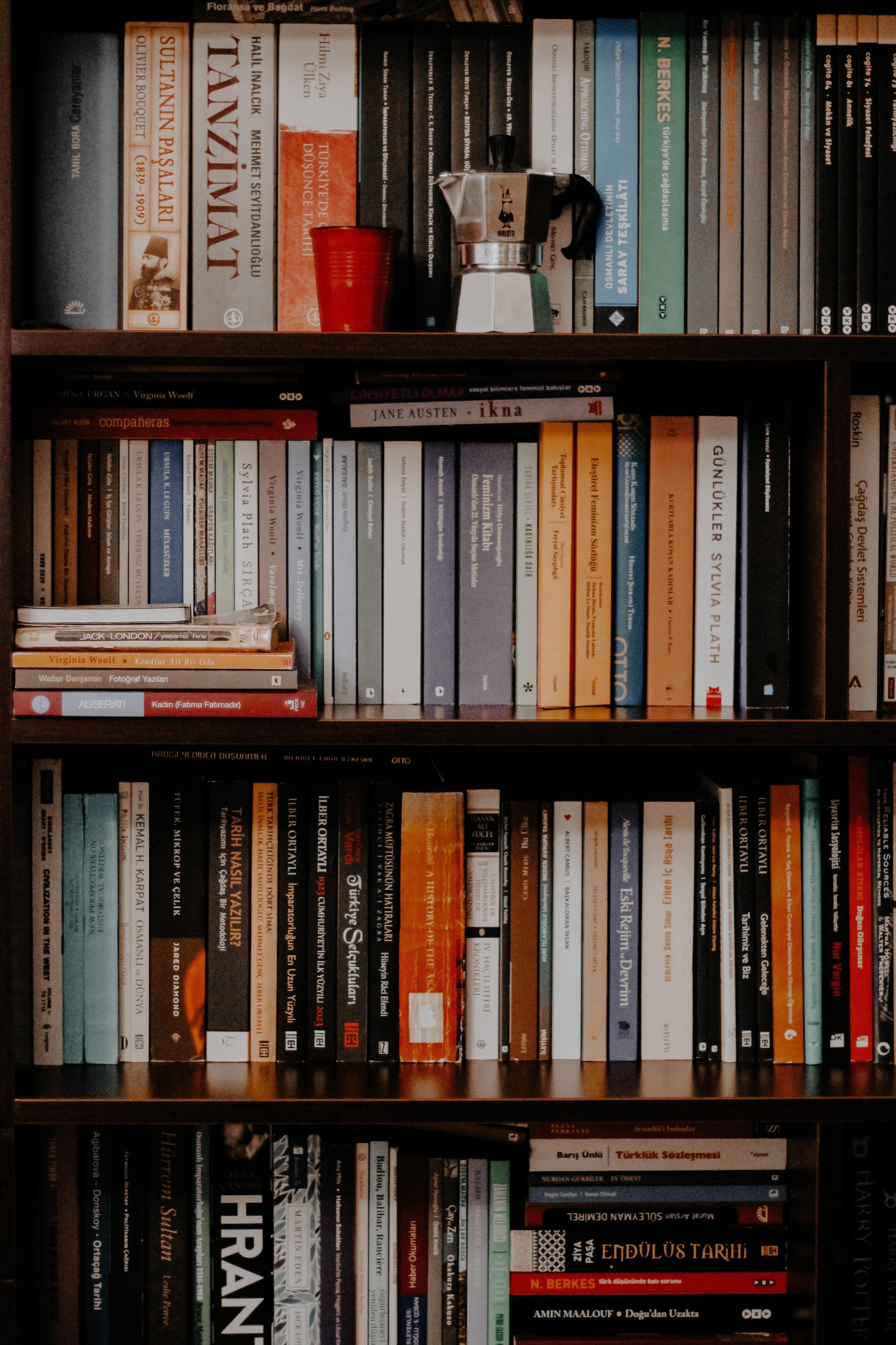 120029 скачать обои Природа, Книги, Полки, Чайник, Стакан, Библиотека - заставки и картинки бесплатно