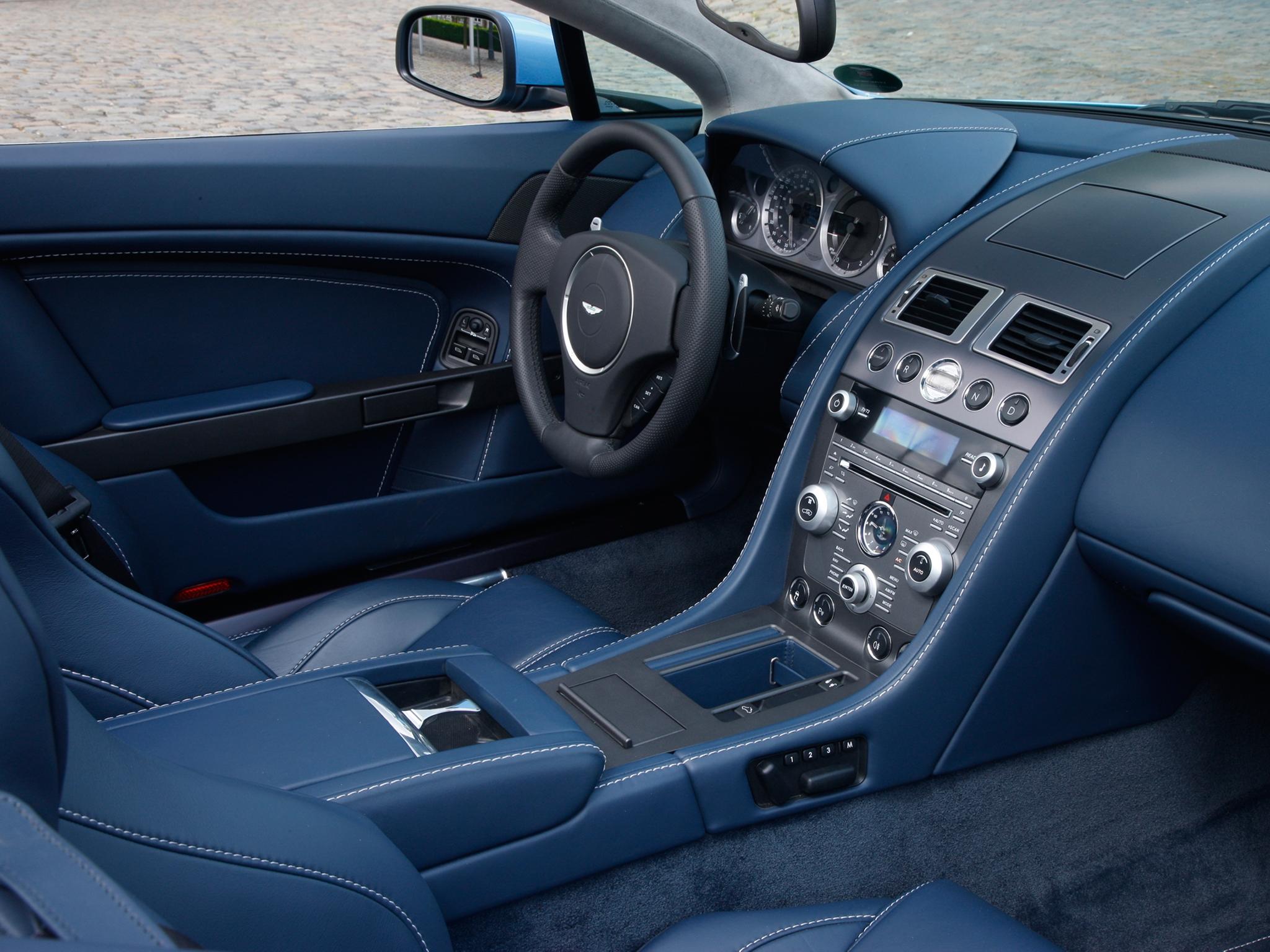 131864 скачать обои Астон Мартин (Aston Martin), Интерьер, Тачки (Cars), Синий, 2008, Руль, Салон, Спидометр, V8, Vantage - заставки и картинки бесплатно