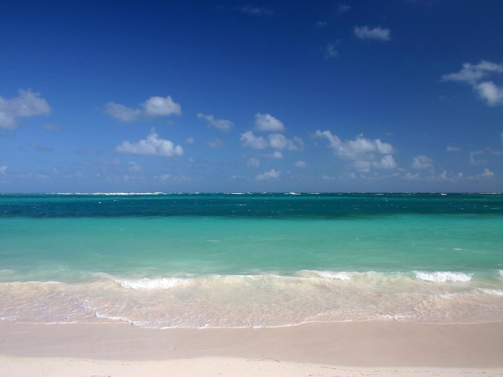 Скачать картинку Пейзаж, Небо, Море, Облака, Пляж в телефон бесплатно.