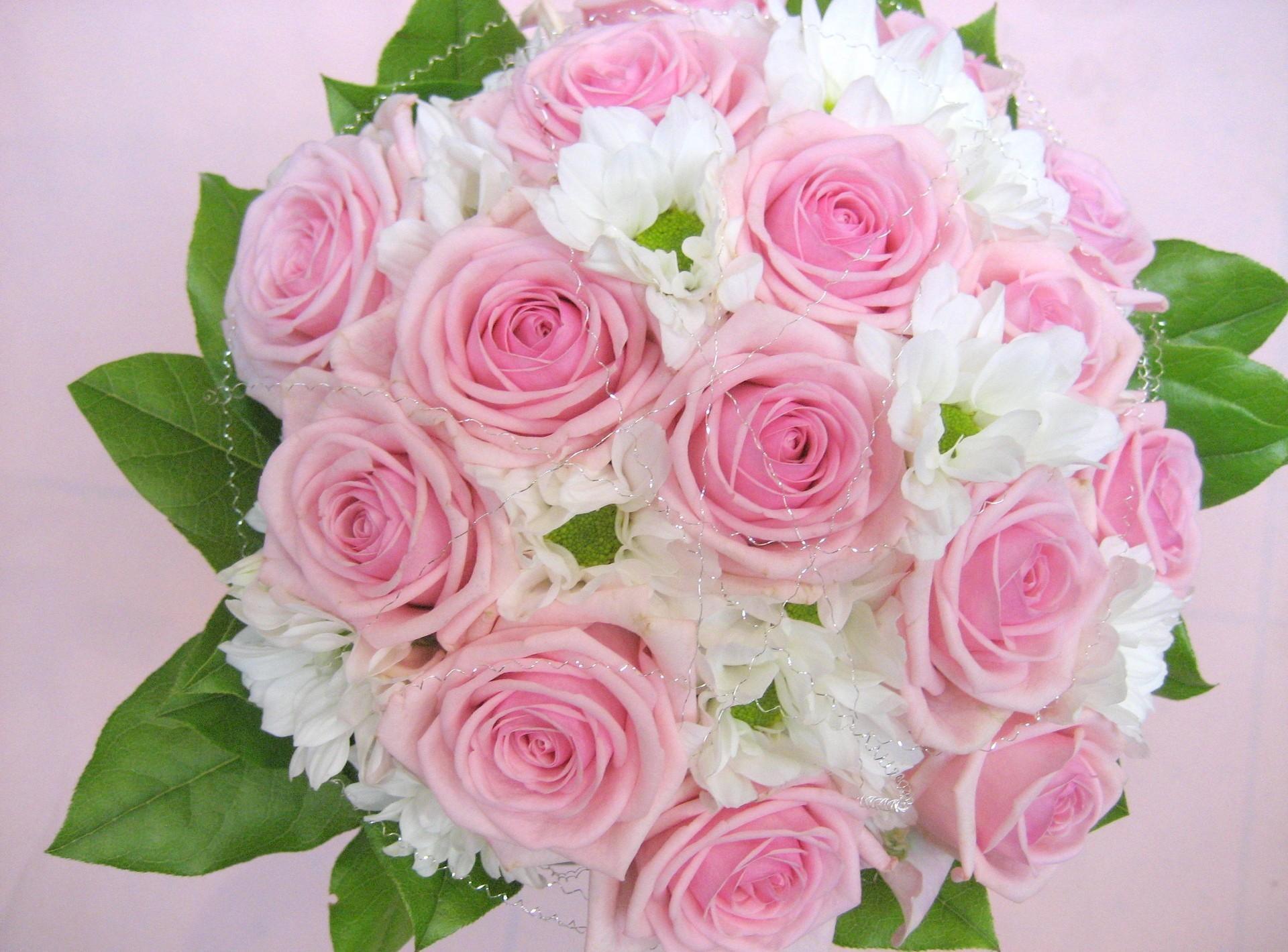 116407 скачать обои Розы, Цветы, Букет, Листья, Оформление, Нежность - заставки и картинки бесплатно