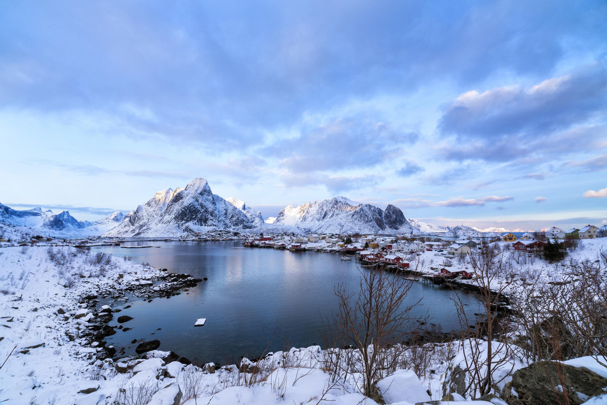 101386 Hintergrundbild 240x400 kostenlos auf deinem Handy, lade Bilder Winterreifen, Natur, Mountains, See, Norwegen, Lofoten 240x400 auf dein Handy herunter