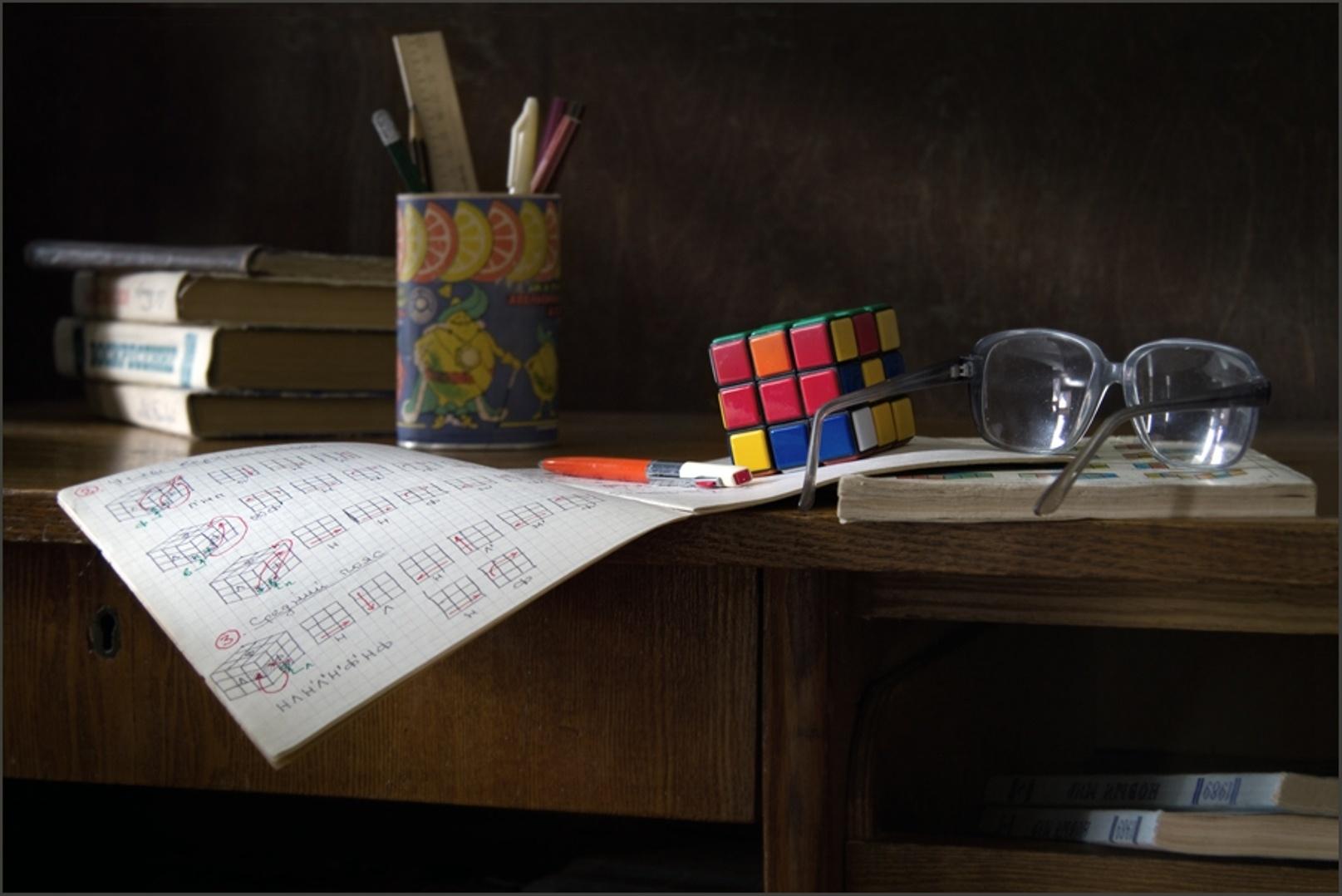149275 скачать обои Разное, Стол, Очки, Инструкция, Кубик Рубик, Ручки, Линейка, Книги - заставки и картинки бесплатно