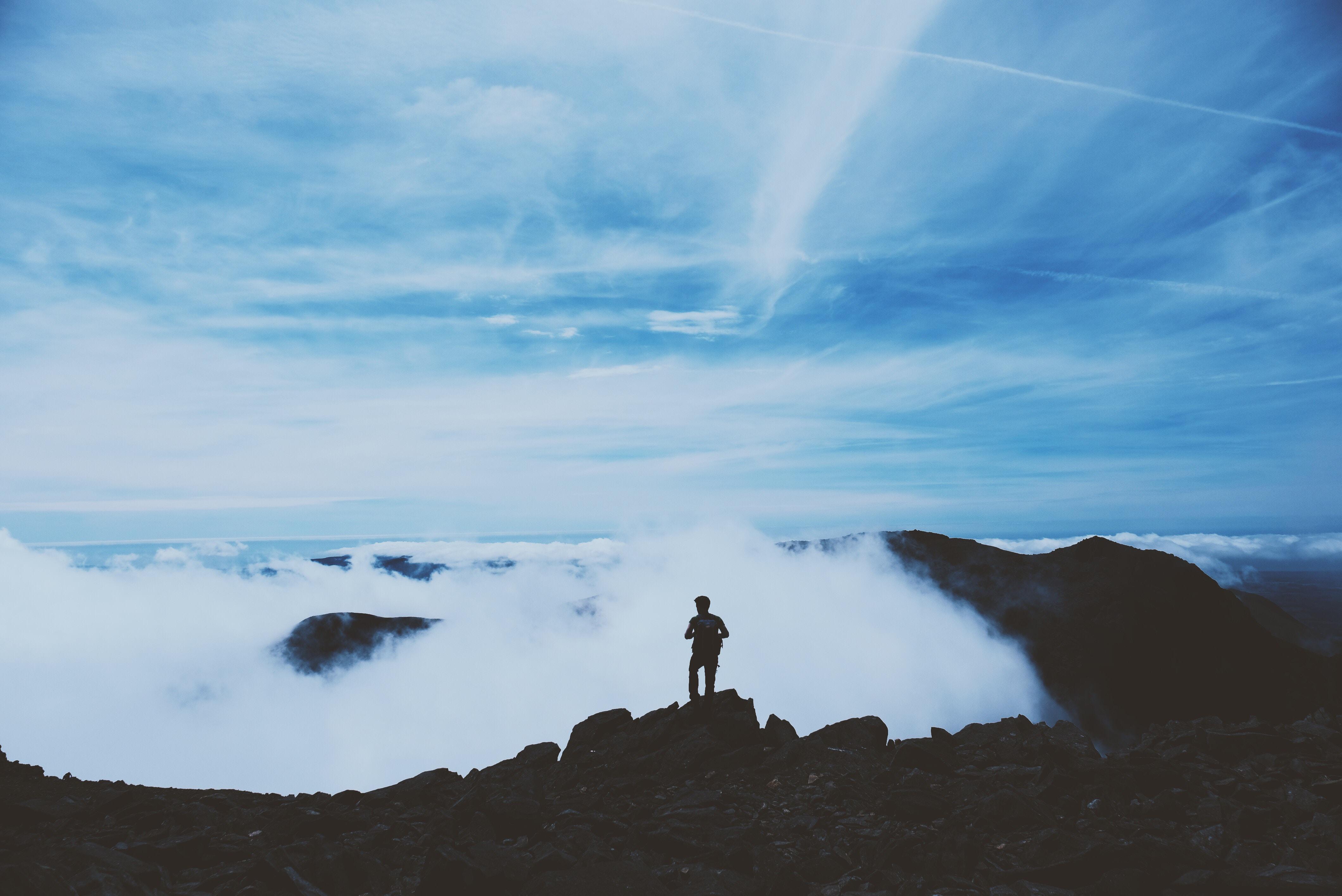 101038 скачать обои Природа, Человек, Силуэт, Облака, Вершина, Горы - заставки и картинки бесплатно