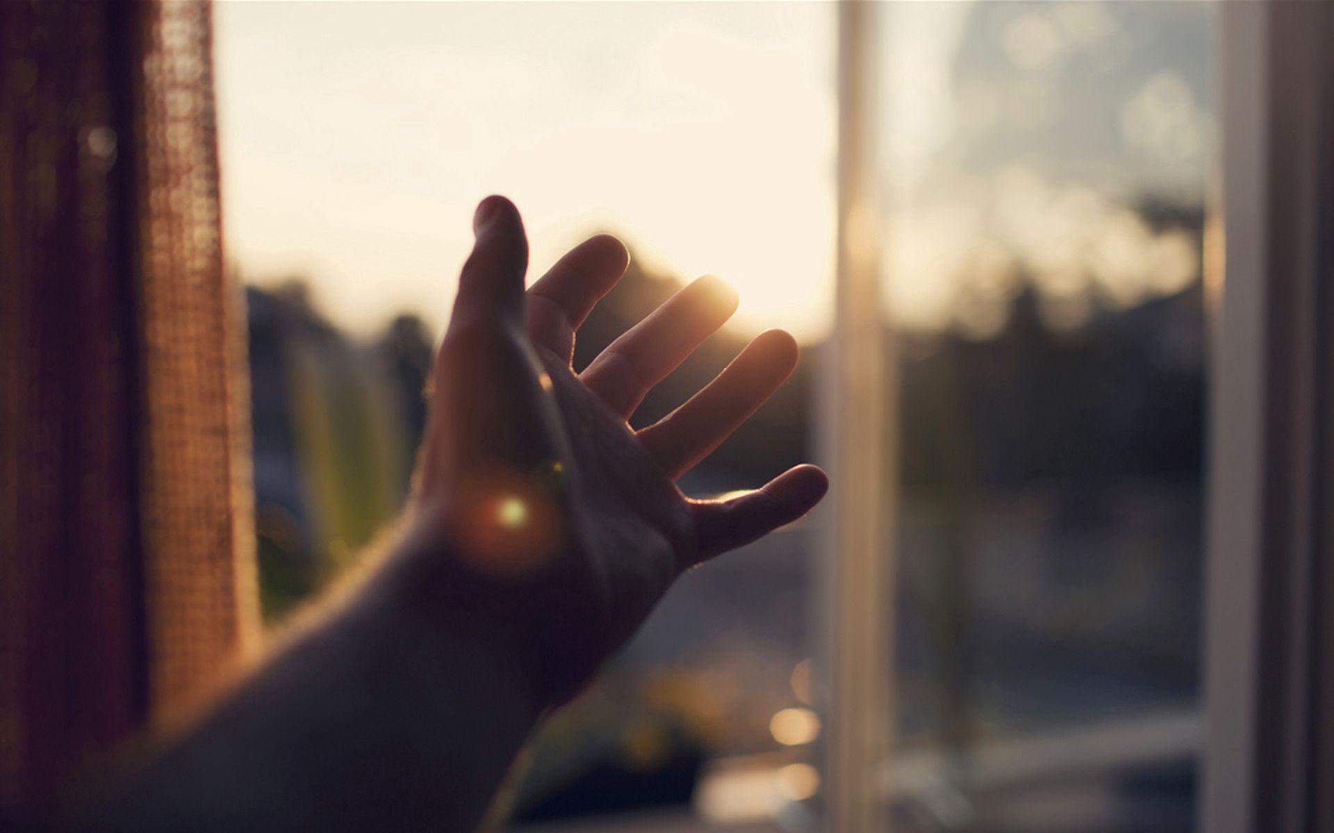 74295 fond d'écran 1080x2340 sur votre téléphone gratuitement, téléchargez des images Briller, Lumière, Main, Divers, Poutres, Rayons, Paume, La Fenêtre, Fenêtre 1080x2340 sur votre mobile