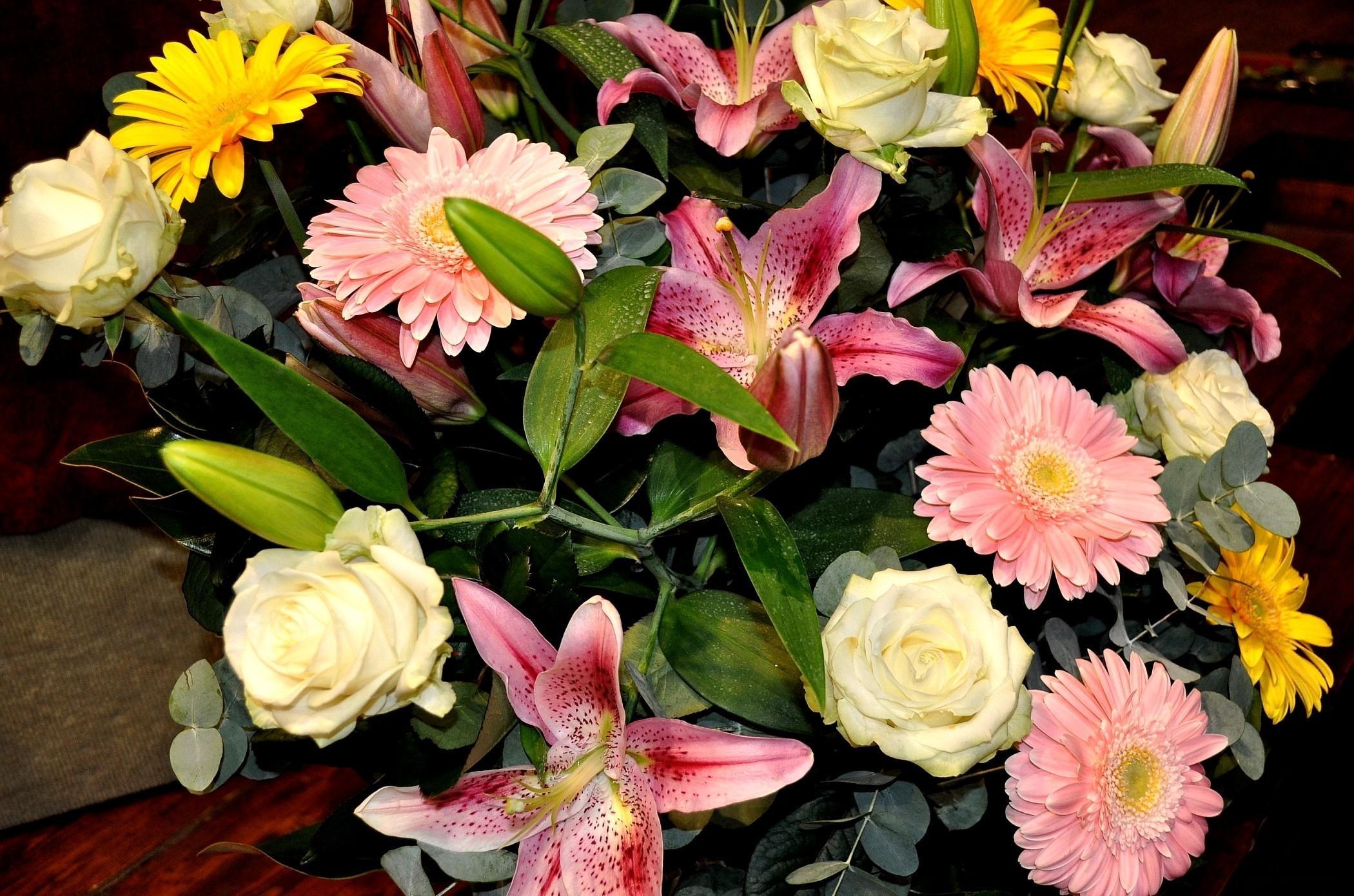 139134 скачать обои Цветы, Лилии, Букет, Листья, Розы, Герберы - заставки и картинки бесплатно