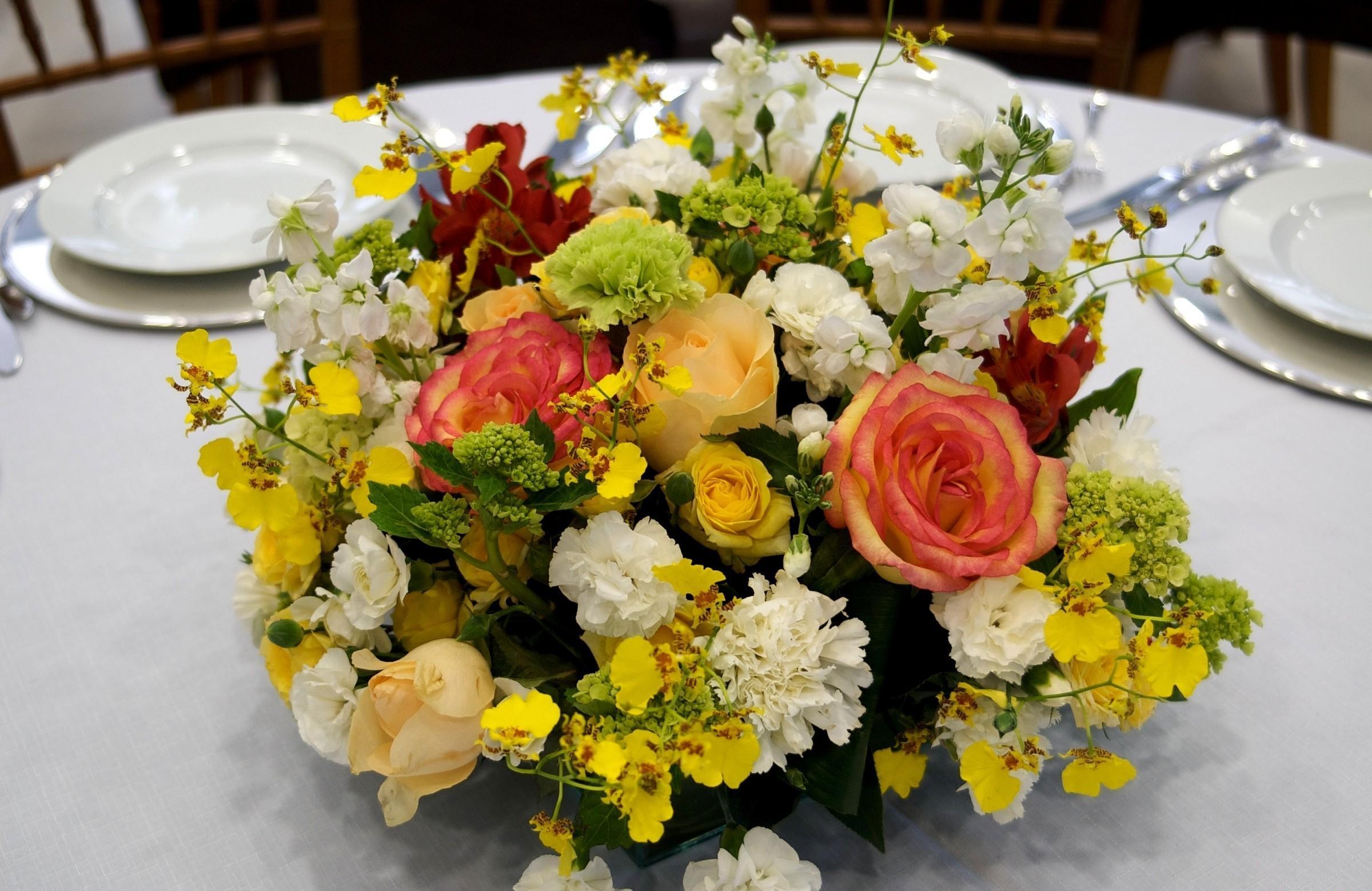138740 скачать обои Цветы, Гвоздики, Розы, Стол, Композиция, Сервировка - заставки и картинки бесплатно