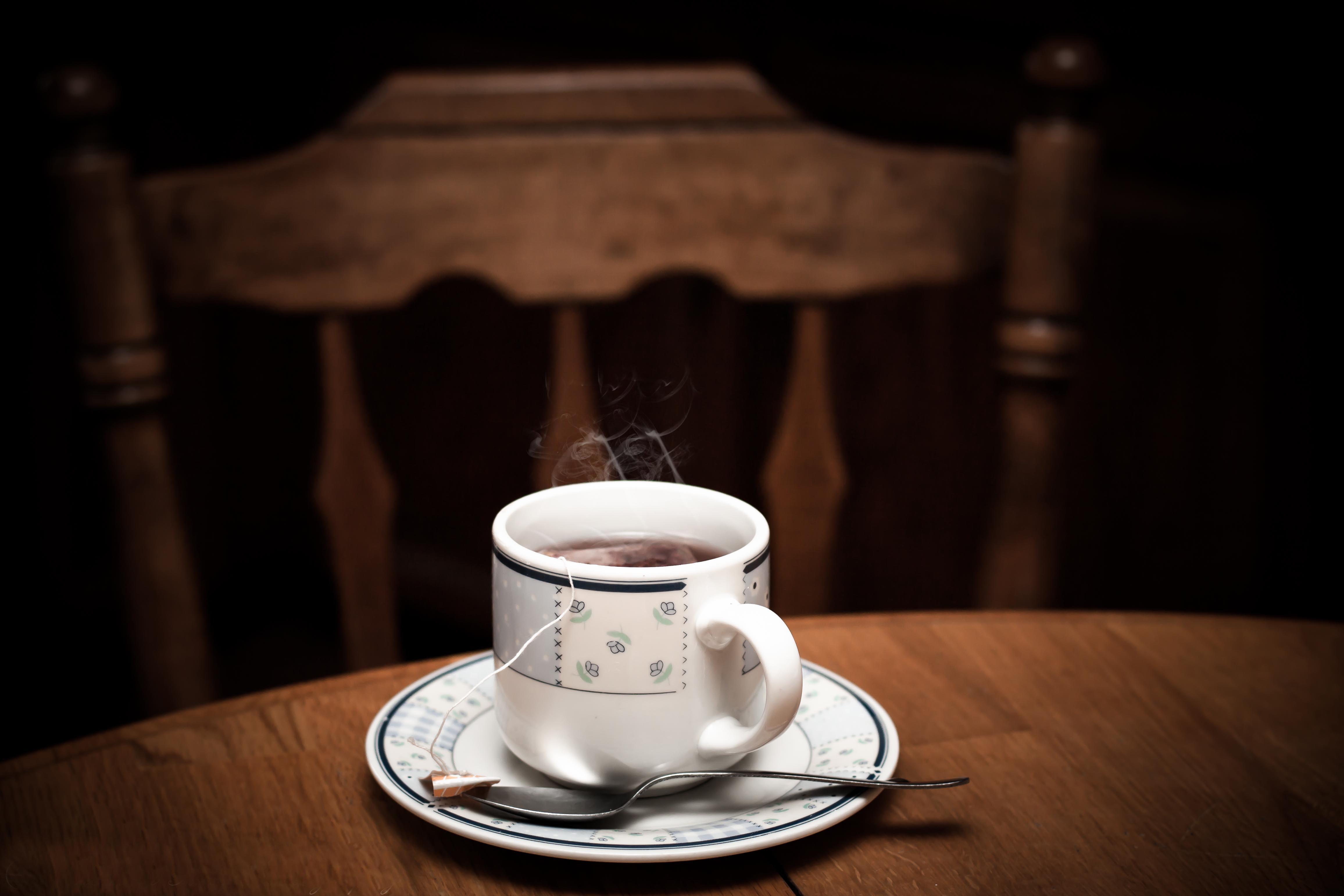 81922 Hintergrundbild herunterladen Lebensmittel, Getränke, Eine Tasse, Tasse, Tisch, Tabelle, Trinken, Tee, Dampf - Bildschirmschoner und Bilder kostenlos