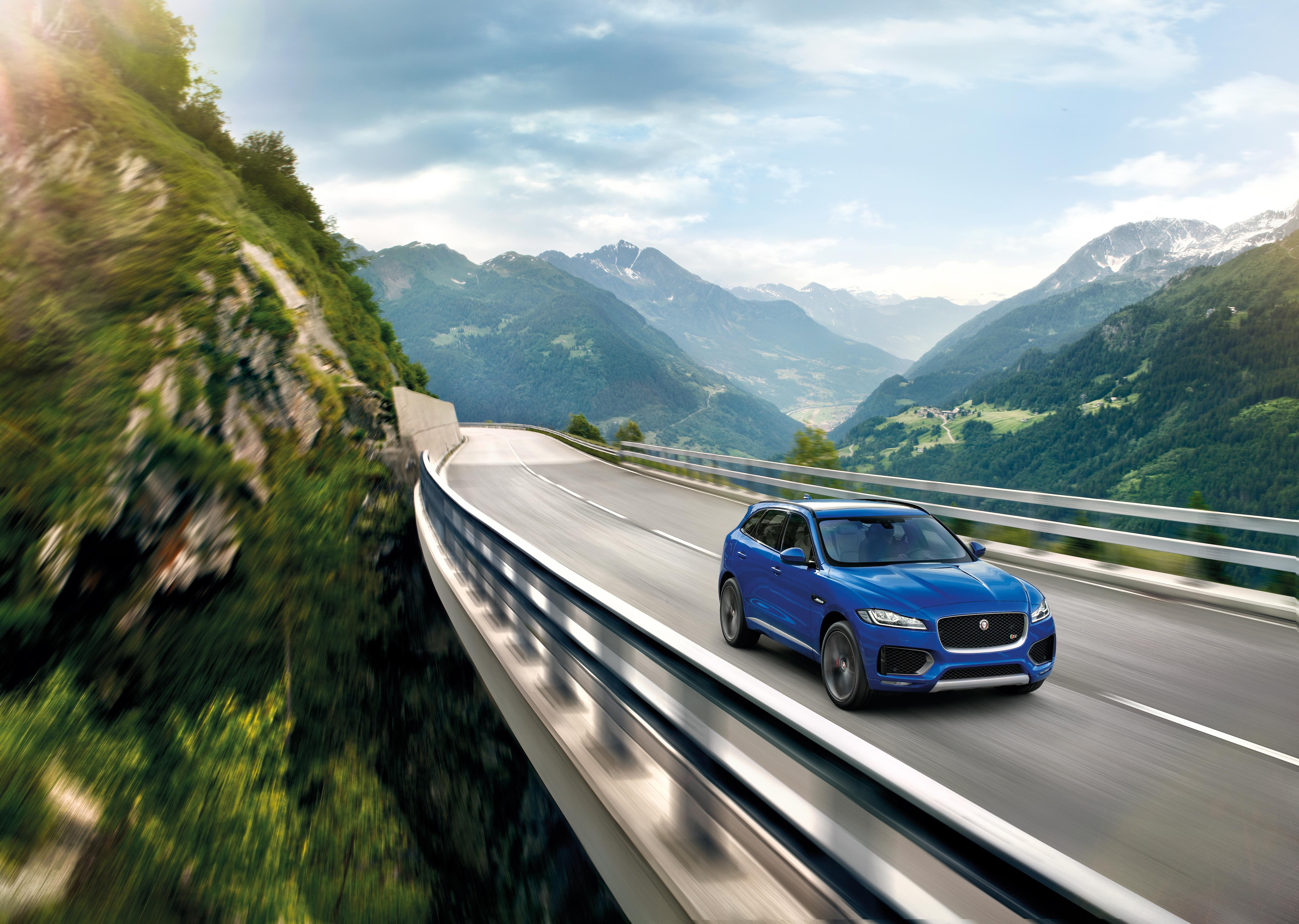 156273 скачать обои Тачки (Cars), Jaguar F-Pace, Ягуар (Jaguar), Кроссовер, Движение, Мост, Горы - заставки и картинки бесплатно