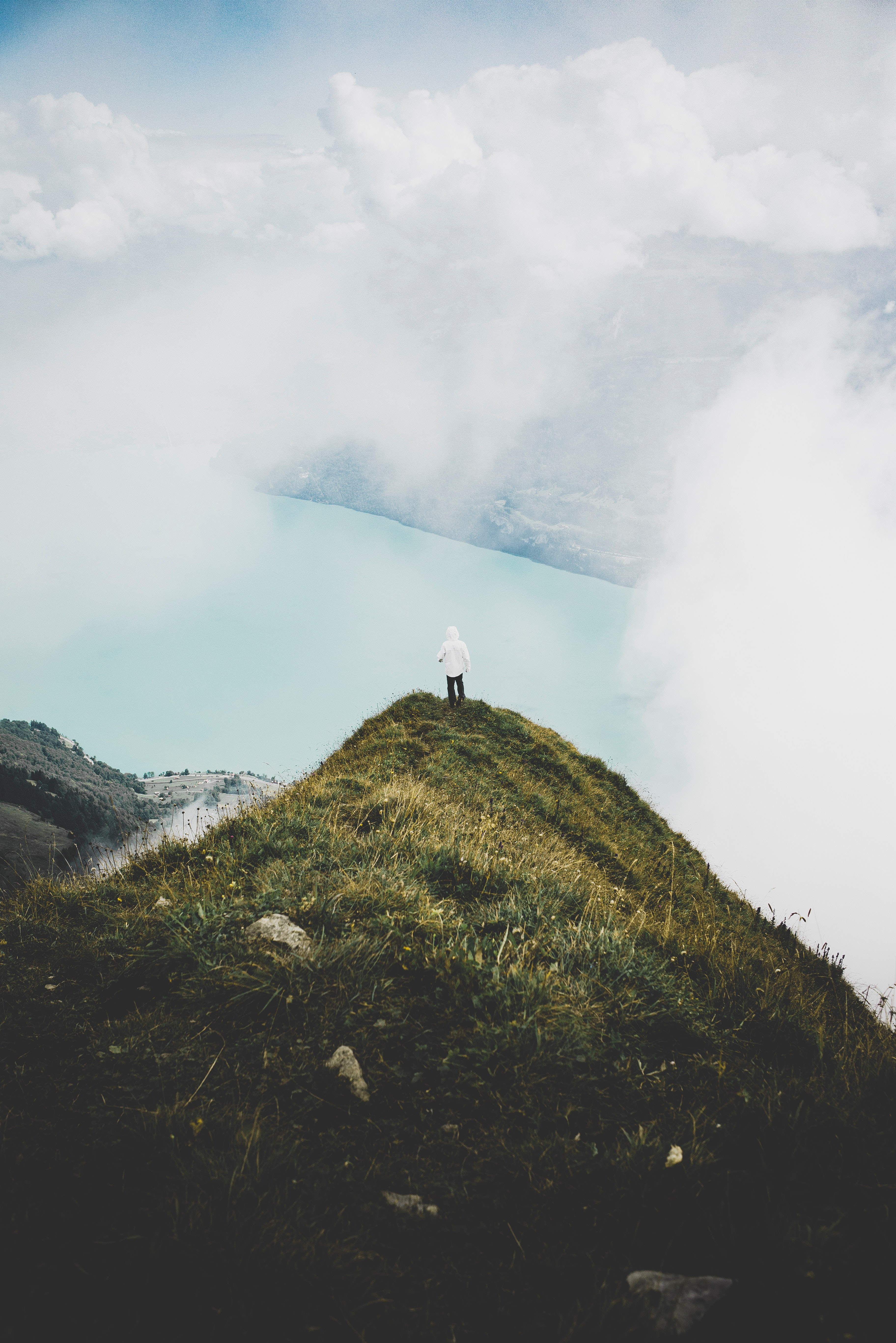 86786 скачать обои Природа, Гора, Вершина, Одиночество, Облака, Уединение, Одинокий, Человек - заставки и картинки бесплатно