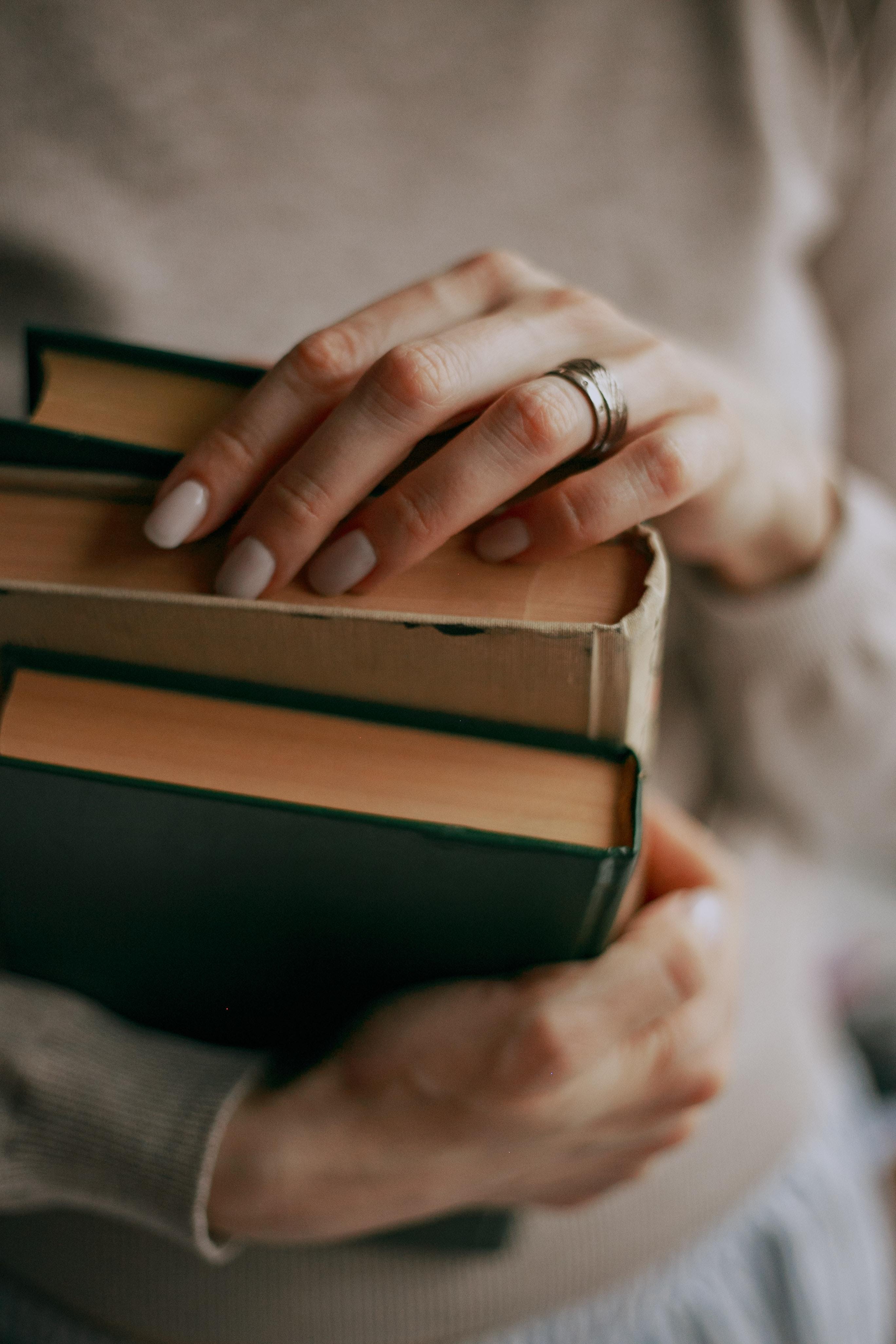 139844 скачать обои Разное, Руки, Книги, Пальцы - заставки и картинки бесплатно