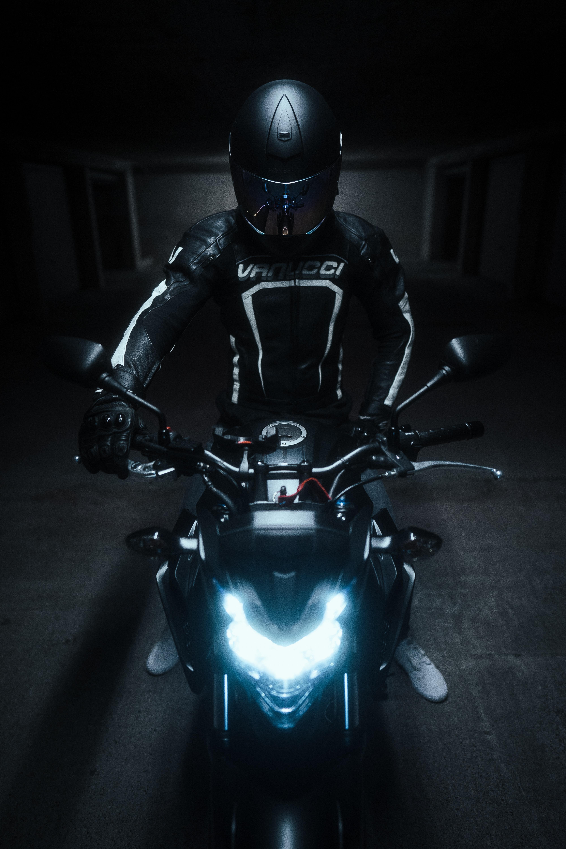 118299 скачать обои Мотоциклы, Мотоциклист, Шлем, Мотоцикл, Байк, Черный - заставки и картинки бесплатно