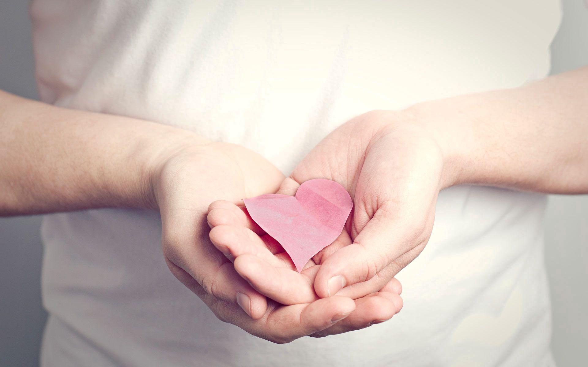 128785 Hintergrundbild herunterladen Papier, Herzen, Rosa, Liebe, Hände, Ein Herz - Bildschirmschoner und Bilder kostenlos