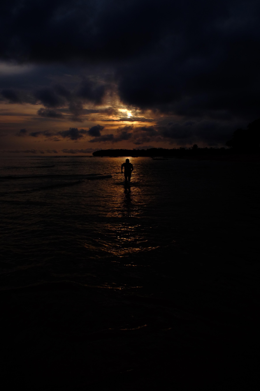86463 скачать обои Темные, Море, Силуэт, Темный, Бежит, Облака - заставки и картинки бесплатно