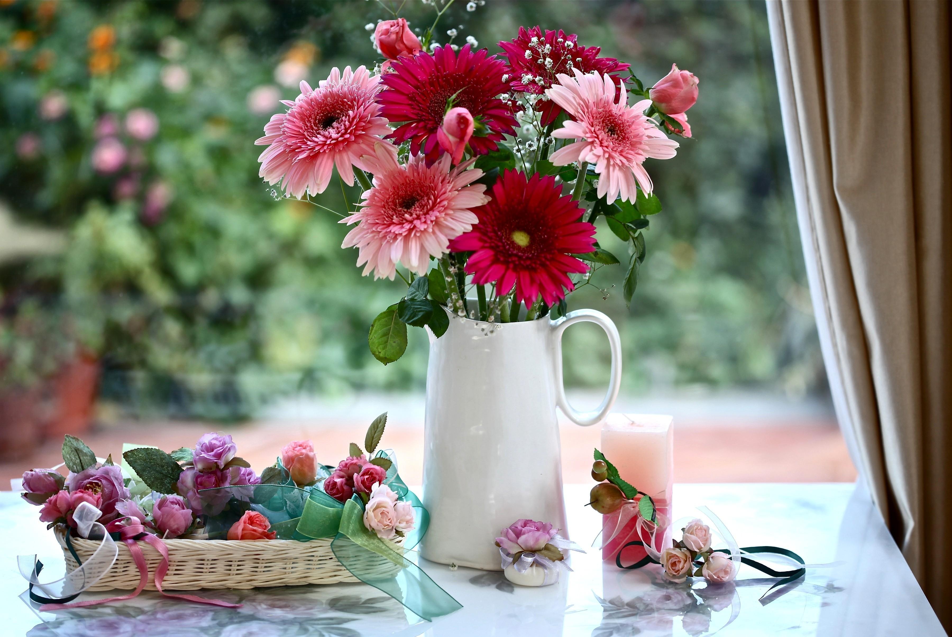 89124 скачать обои Цветы, Гипсофил, Кувшин, Корзинка, Свеча, Оформление, Розы, Герберы - заставки и картинки бесплатно