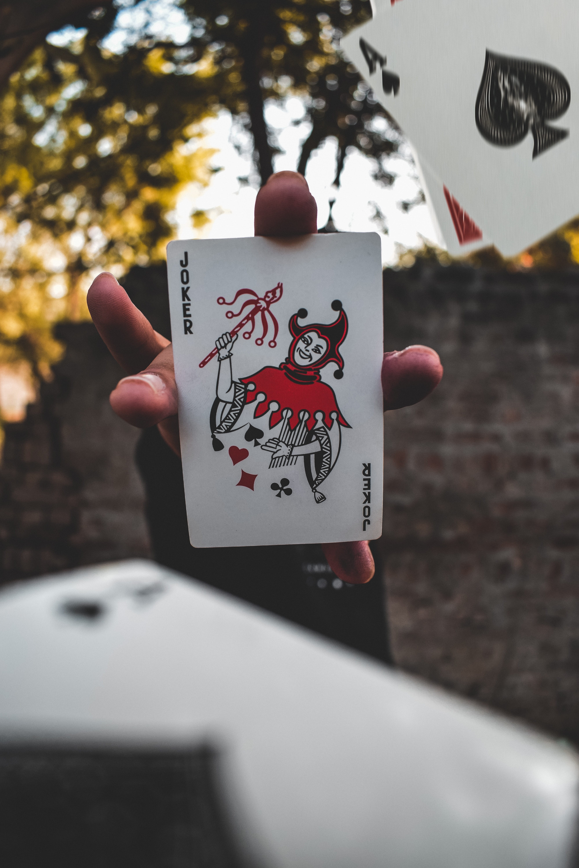 81687 Hintergrundbild herunterladen Joker, Hand, Verschiedenes, Sonstige, Finger, Karte - Bildschirmschoner und Bilder kostenlos