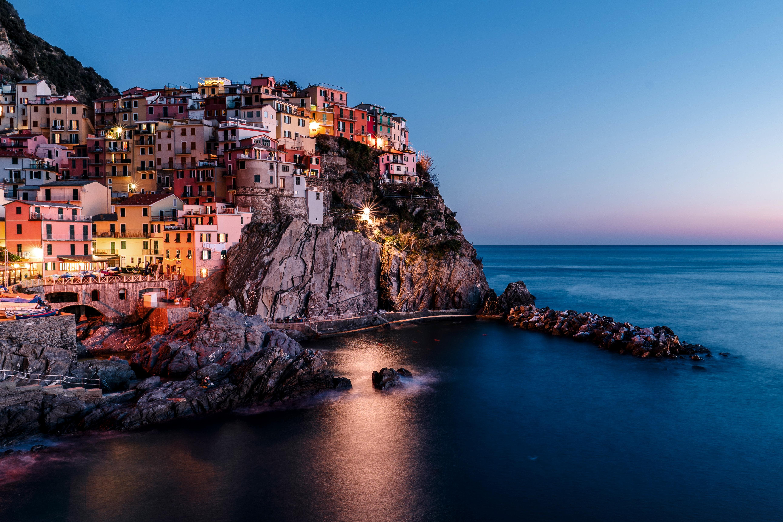 144074 скачать обои Море, Италия, Природа, Закат, Город, Скала - заставки и картинки бесплатно
