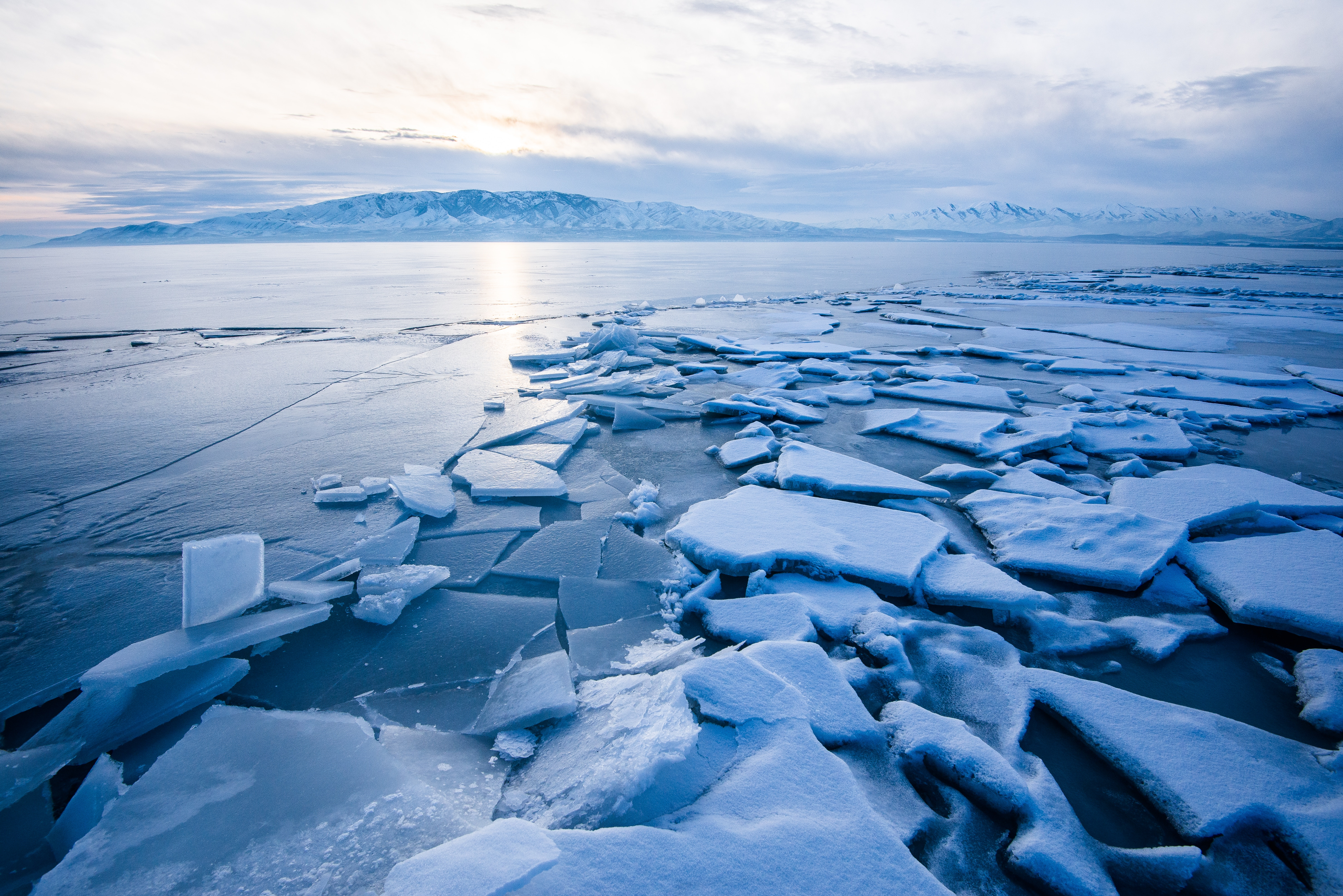 68425 скачать обои Природа, Озеро, Лед, Осколки, Замерзший, Горы, Пейзаж - заставки и картинки бесплатно