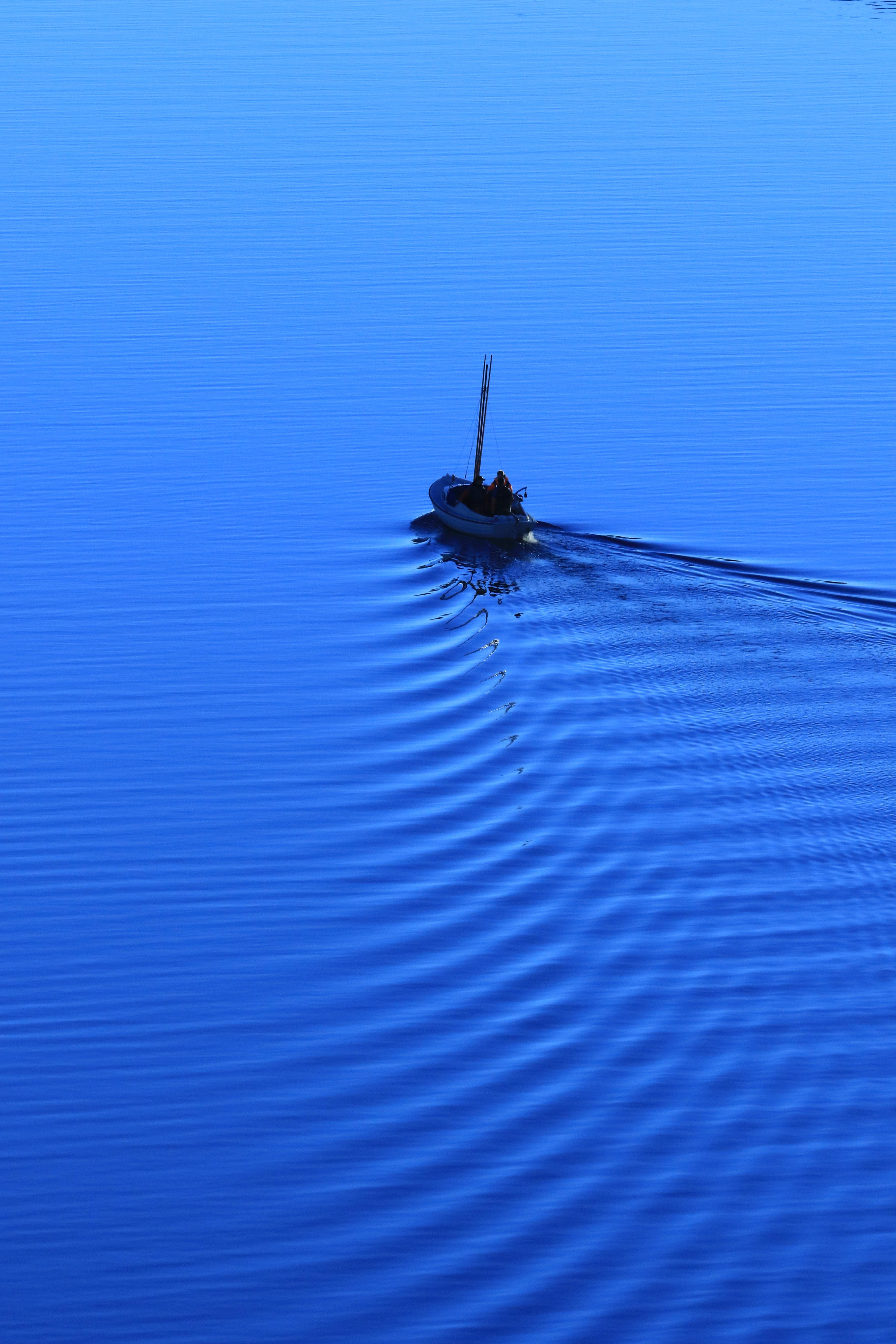 83747 скачать обои Синий, Природа, Море, Лодка, Одинокий - заставки и картинки бесплатно