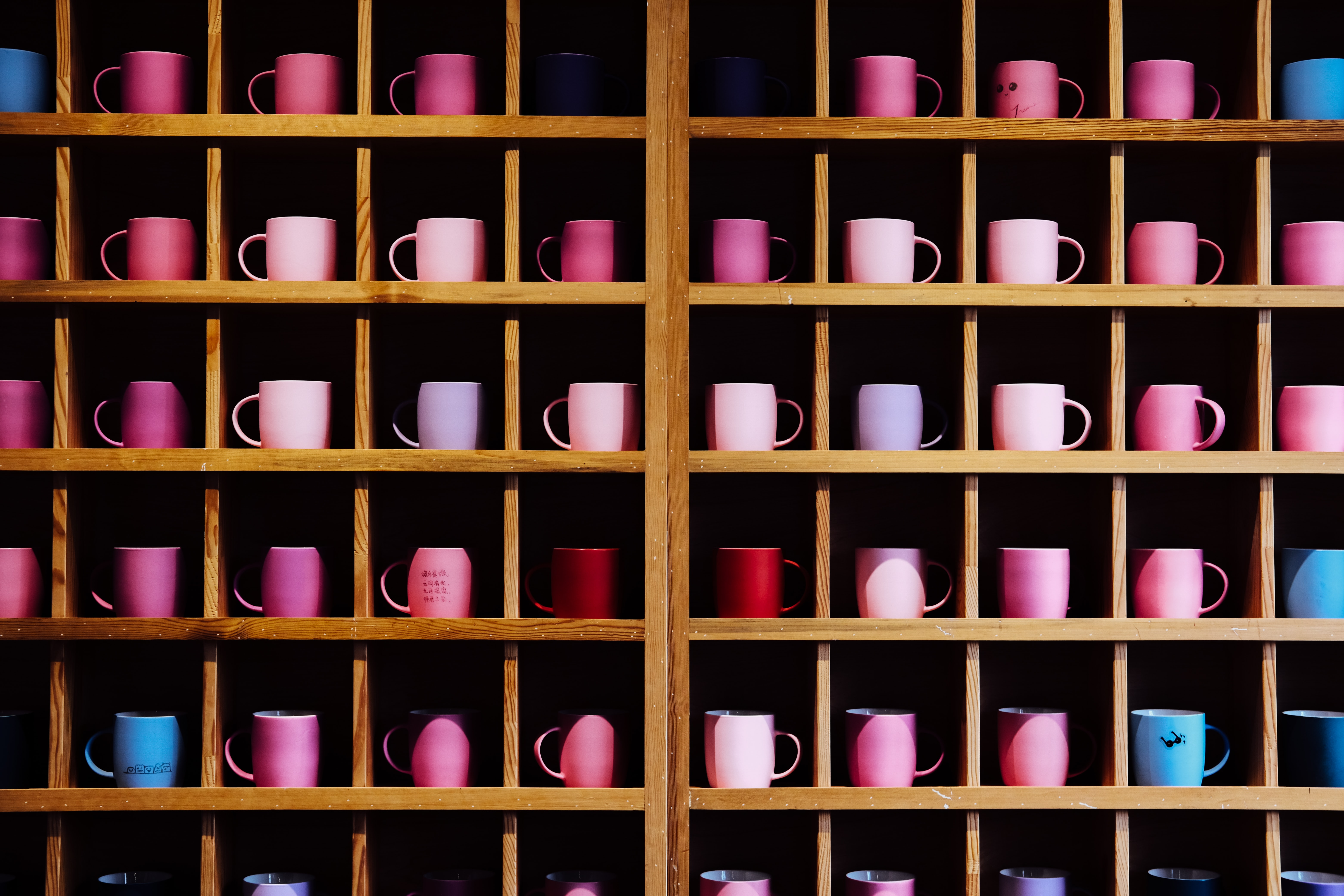 150983 download wallpaper Cups, Tablewares, Miscellanea, Miscellaneous, Wood, Wooden, Multicolored, Motley, Shelves screensavers and pictures for free