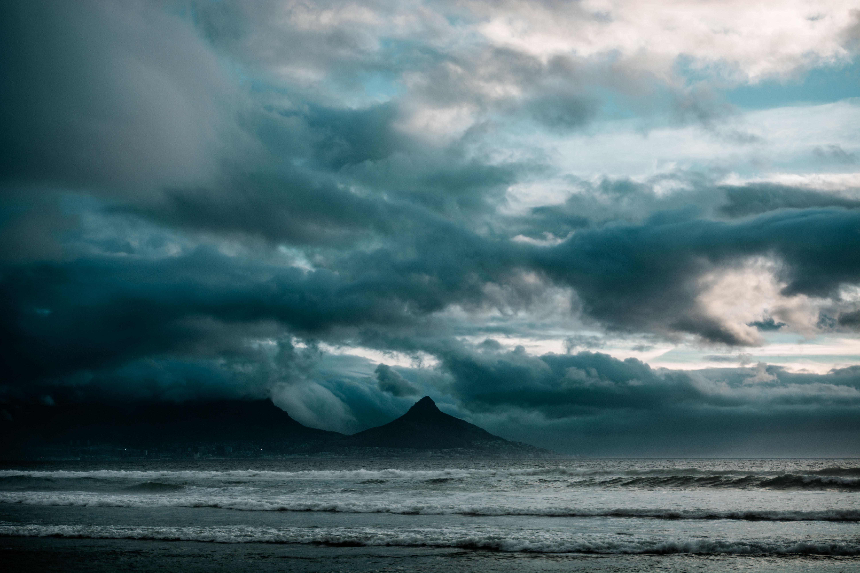 136481 скачать обои Природа, Облака, Скалы, Океан, Пасмурно, Прибой, Шторм - заставки и картинки бесплатно