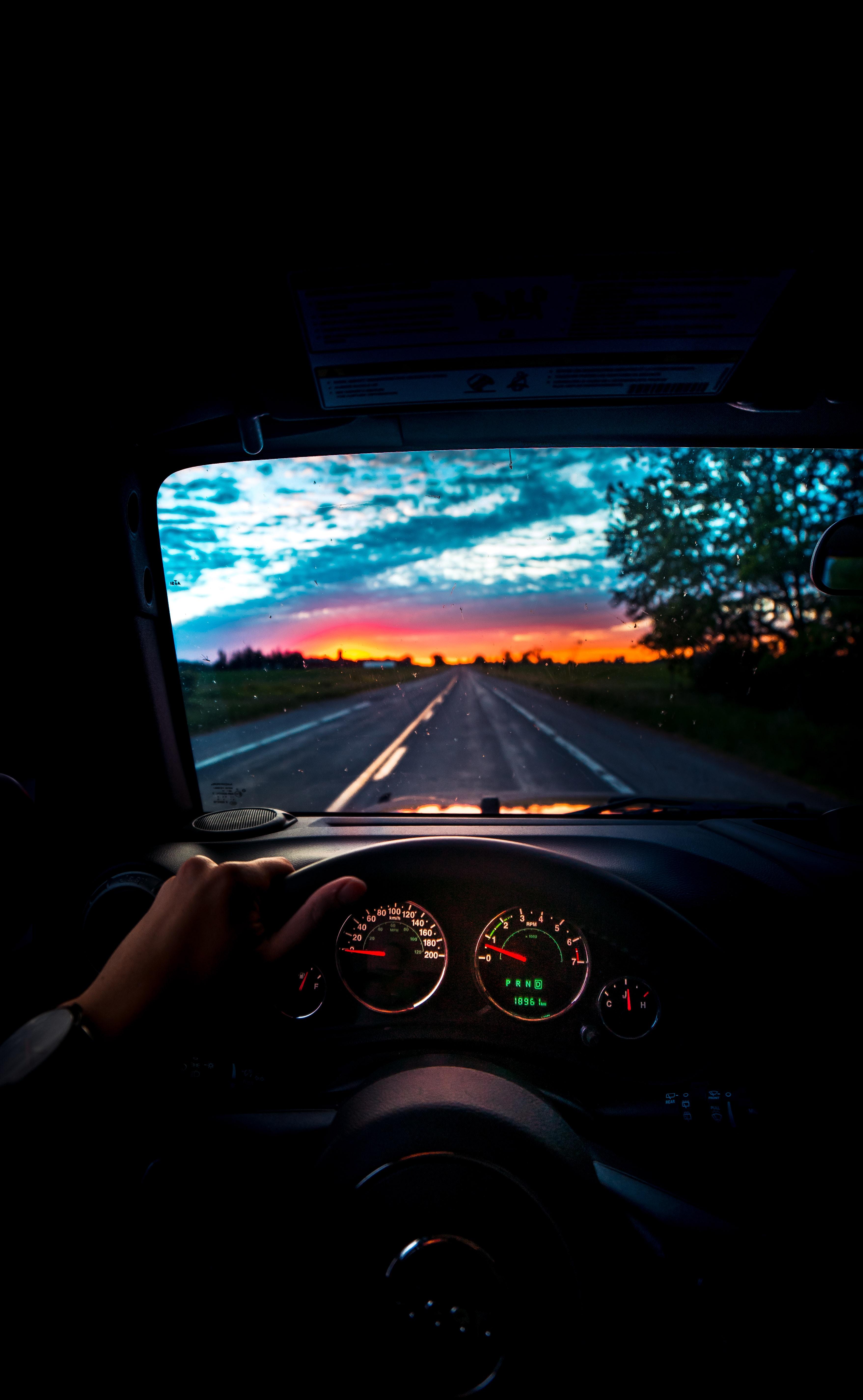 113293 Hintergrundbild herunterladen Auto, Sunset, Dunkel, Straße, Wagen, Reise, Lenkrad, Ruder - Bildschirmschoner und Bilder kostenlos
