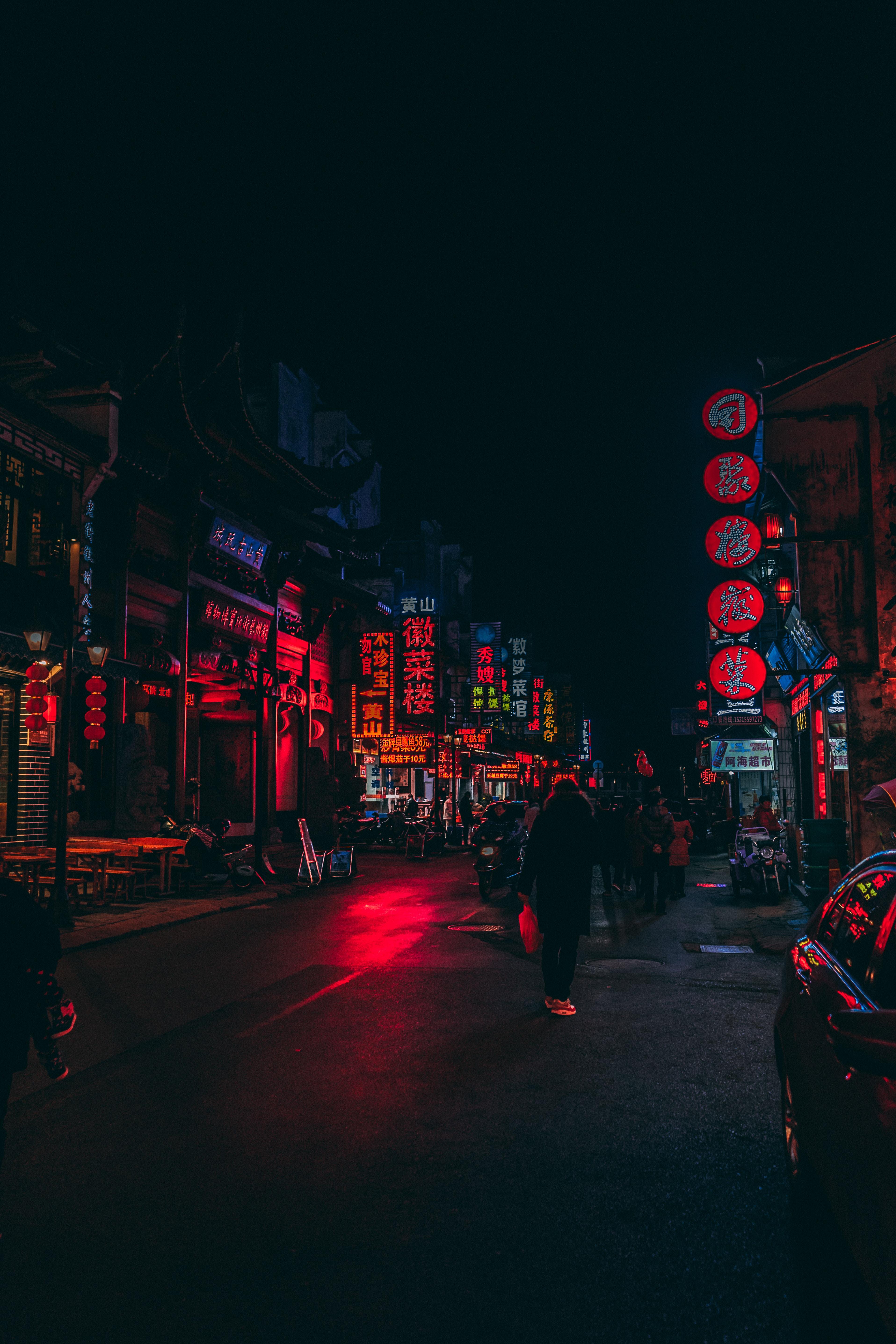 124047 Hintergrundbild herunterladen Stadt, Zeichen, Dunkel, Straße, Hintergrundbeleuchtung, Beleuchtung, Street, China, Schilder - Bildschirmschoner und Bilder kostenlos
