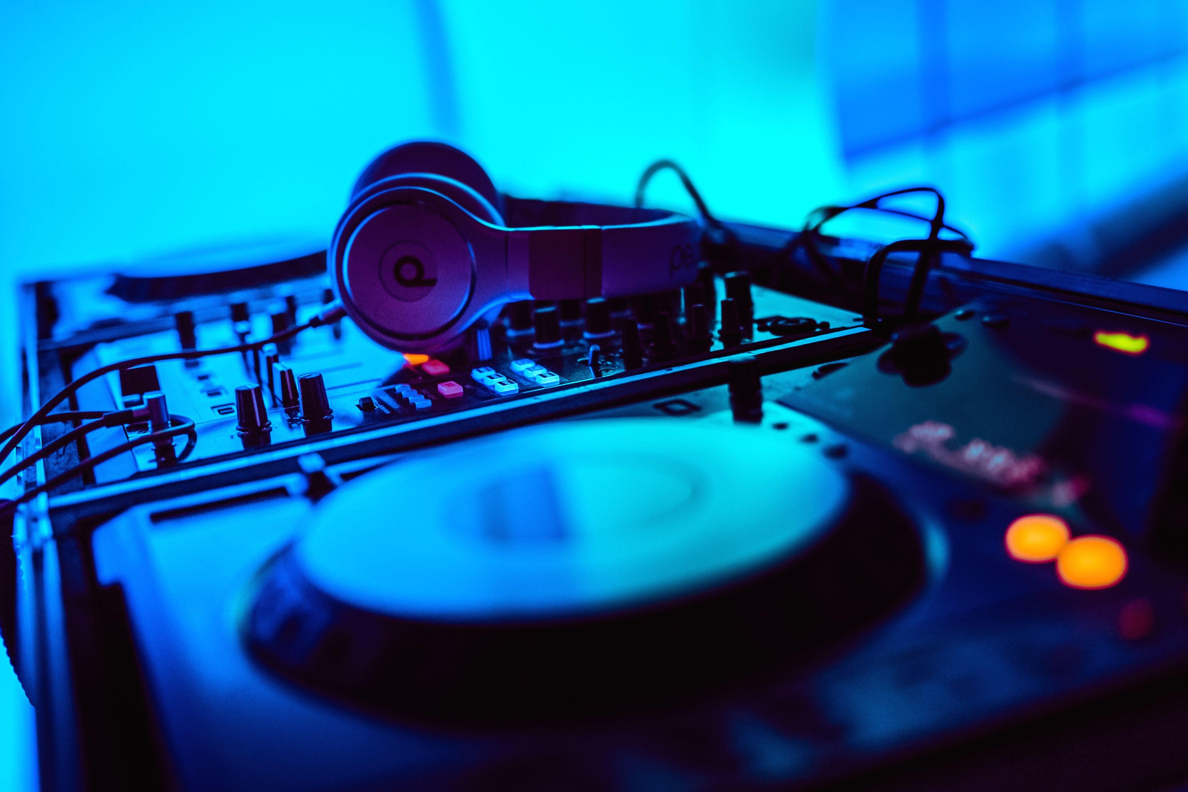 139102 Salvapantallas y fondos de pantalla Música en tu teléfono. Descarga imágenes de Música, Dj, Pinchadiscos, Auriculares, Instalación, Electrónica, Equipo, Sonar, Sonido gratis