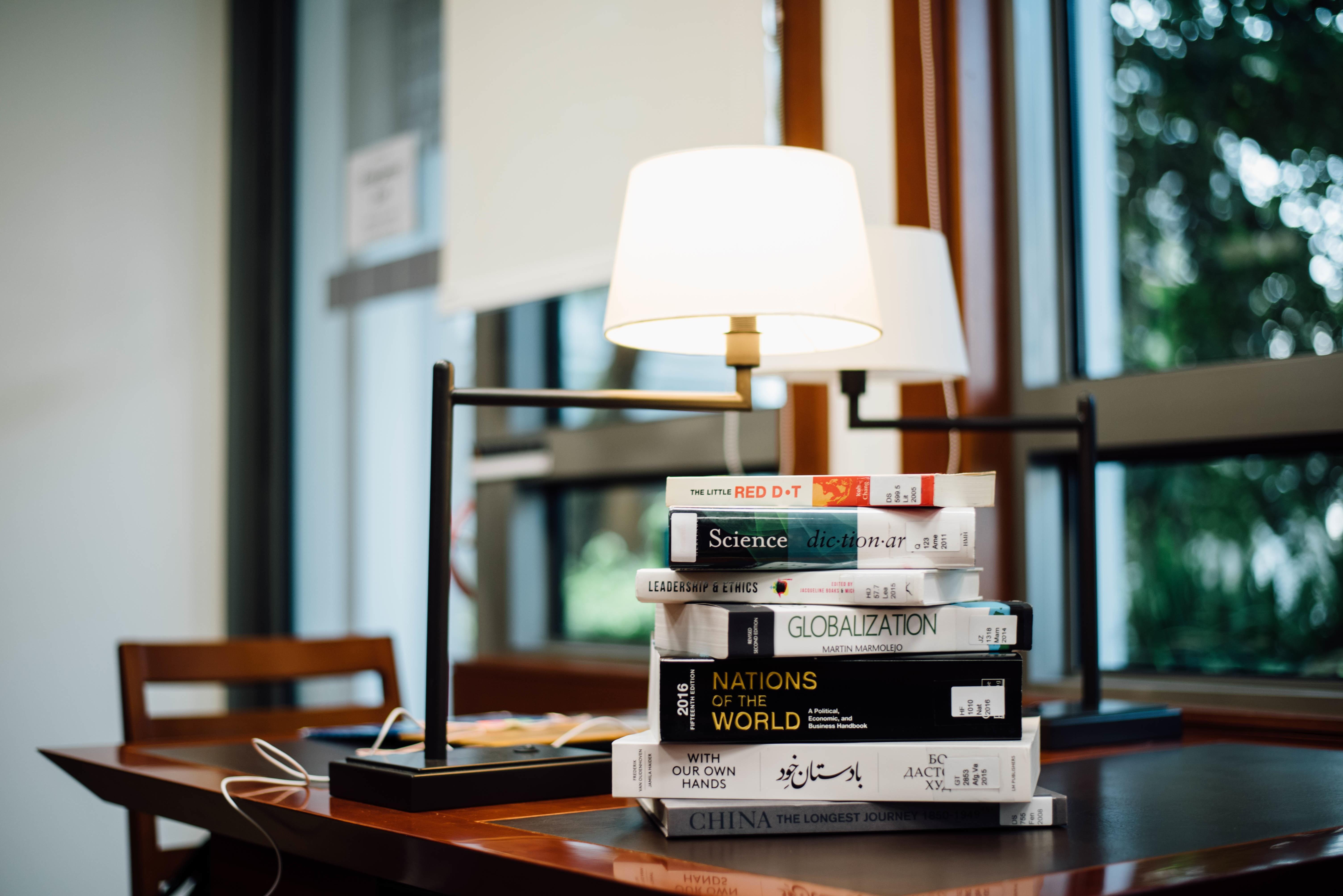 141323 Hintergrundbild herunterladen Bücher, Verschiedenes, Sonstige, Lampe, Tisch, Tabelle - Bildschirmschoner und Bilder kostenlos