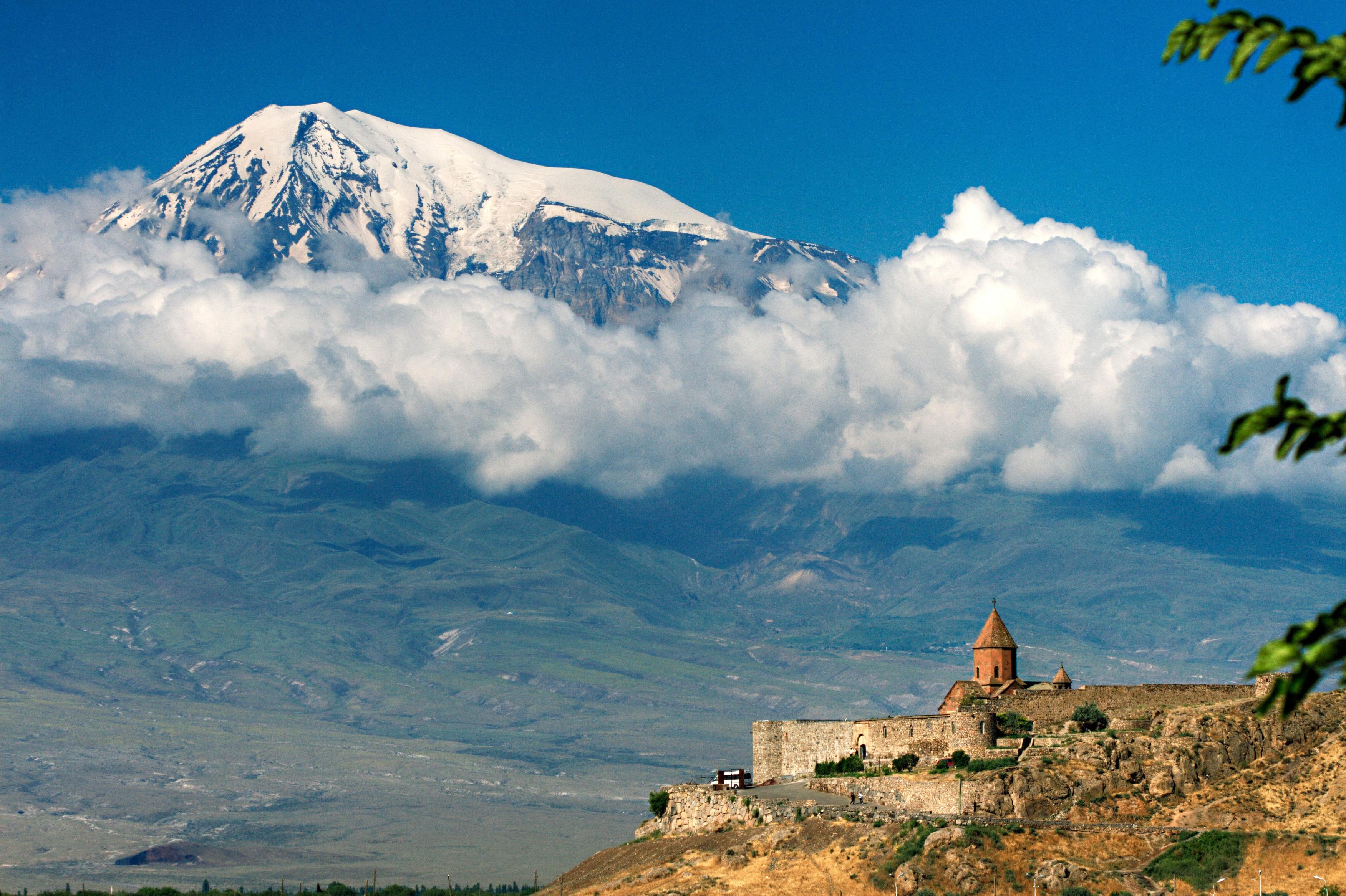 104520 Hintergrundbild herunterladen Architektur, Natur, Clouds, Berg, Struktur, Höhe, Armenien, Ararat - Bildschirmschoner und Bilder kostenlos