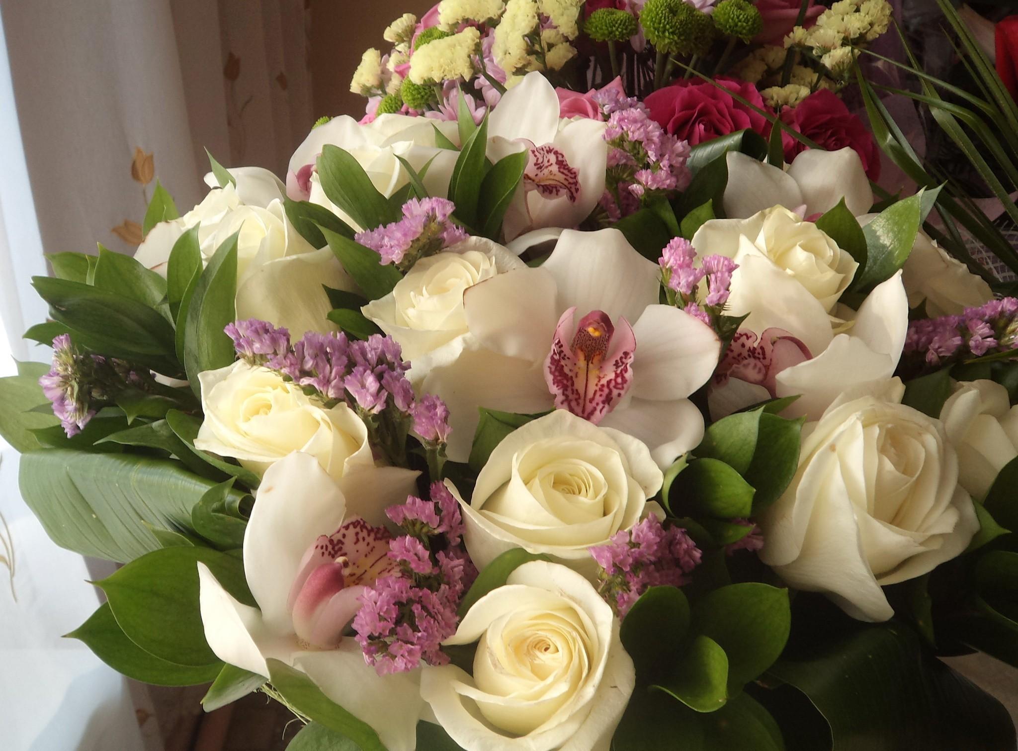 137104 скачать обои Розы, Цветы, Листья, Букет, Орхидеи, Красиво - заставки и картинки бесплатно