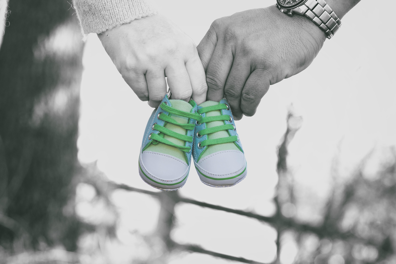 110201 Hintergrundbild herunterladen Liebe, Hände, Kind, Stiefel, Schuhe - Bildschirmschoner und Bilder kostenlos