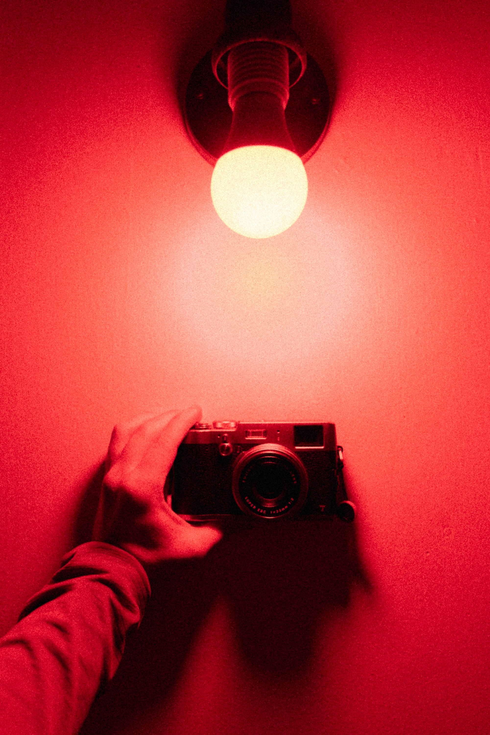 151379 Screensavers and Wallpapers Camera for phone. Download Miscellanea, Miscellaneous, Camera, Hand, Light Bulb, Shine, Light pictures for free