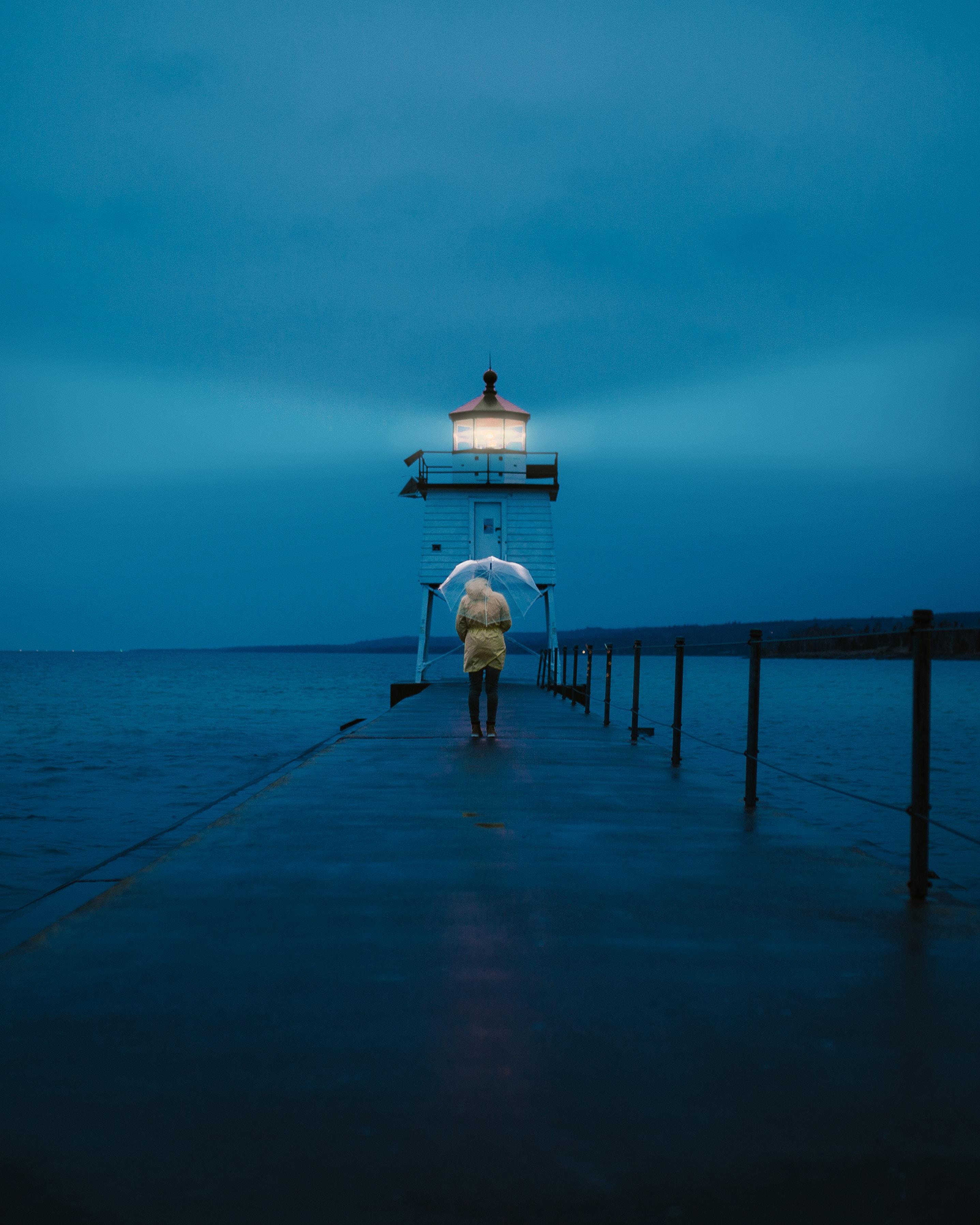 102430壁紙のダウンロードその他, 雑, 橋脚, 埠頭, 人間, 人, 灯台, 傘, 海, 夕暮れ, 薄明-スクリーンセーバーと写真を無料で