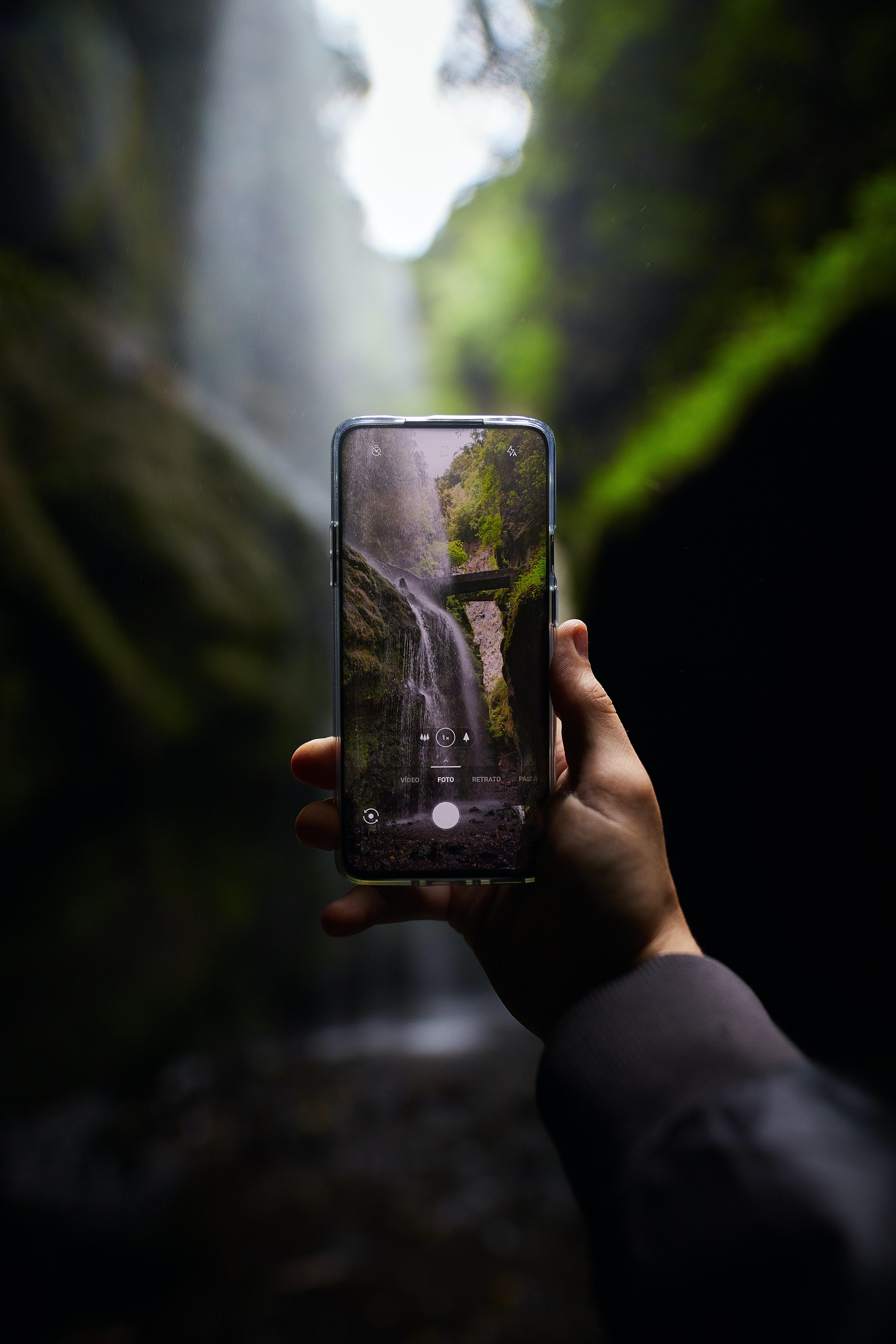 72741 обои 720x1280 на телефон бесплатно, скачать картинки Телефон, Рука, Разное, Водопад, Камера 720x1280 на мобильный