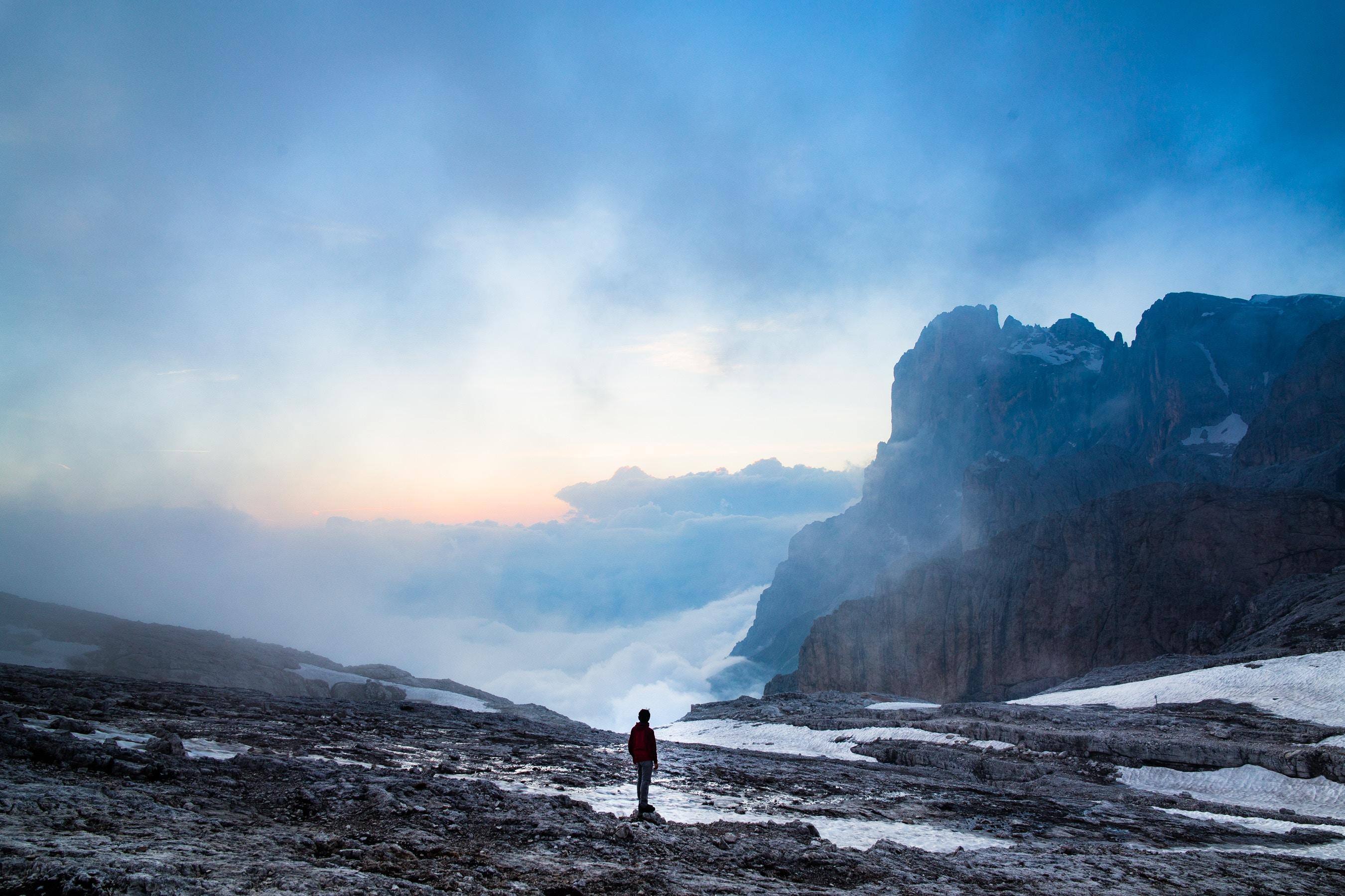 88626 Hintergrundbild 1080x1920 kostenlos auf deinem Handy, lade Bilder Natur, Mountains, Italien, Nebel, Einsamkeit, Dolomiten 1080x1920 auf dein Handy herunter