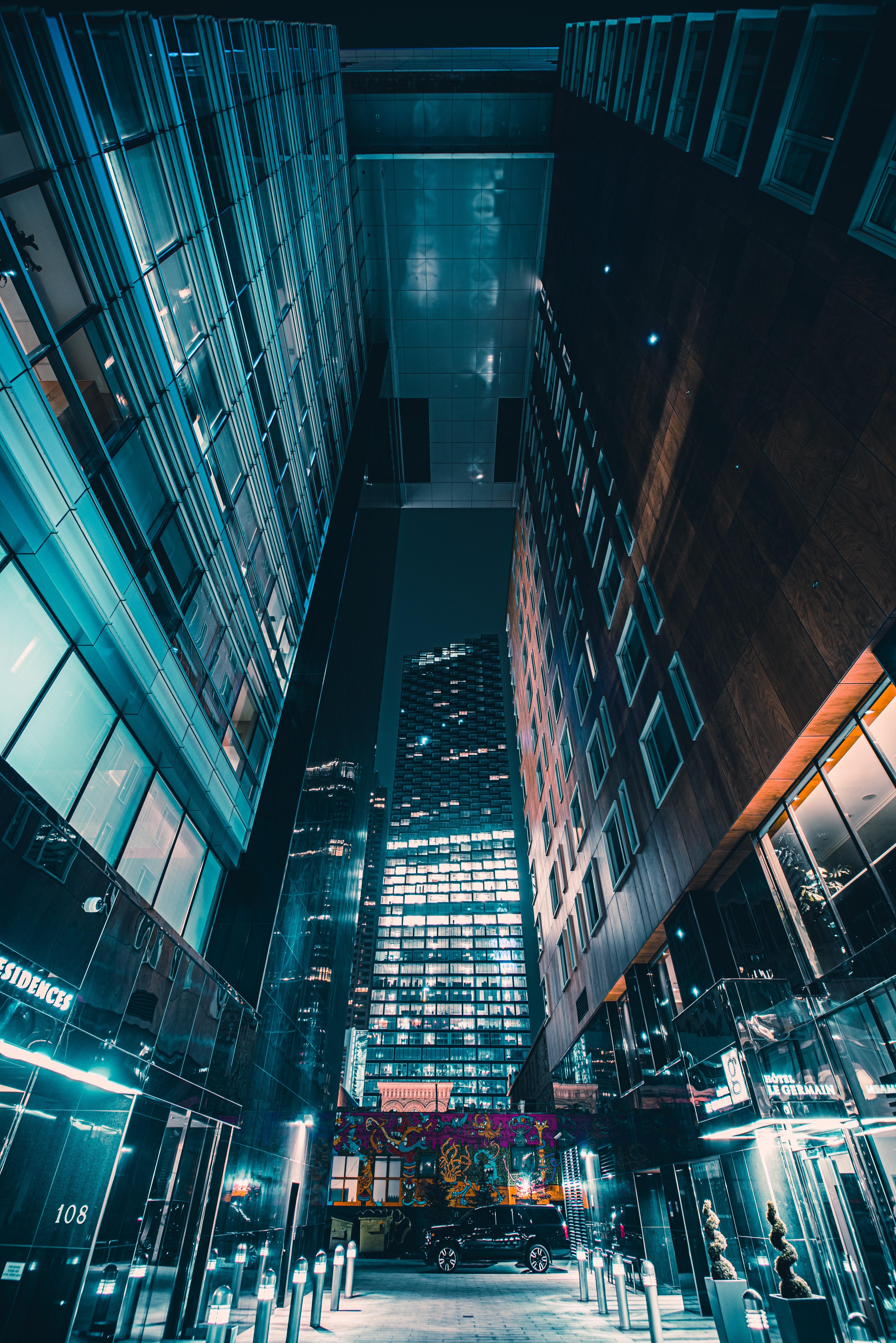 140105壁紙のダウンロード夜の街, ナイトシティ, 建物, 車, 機械, グロー, 匂う, 都市-スクリーンセーバーと写真を無料で