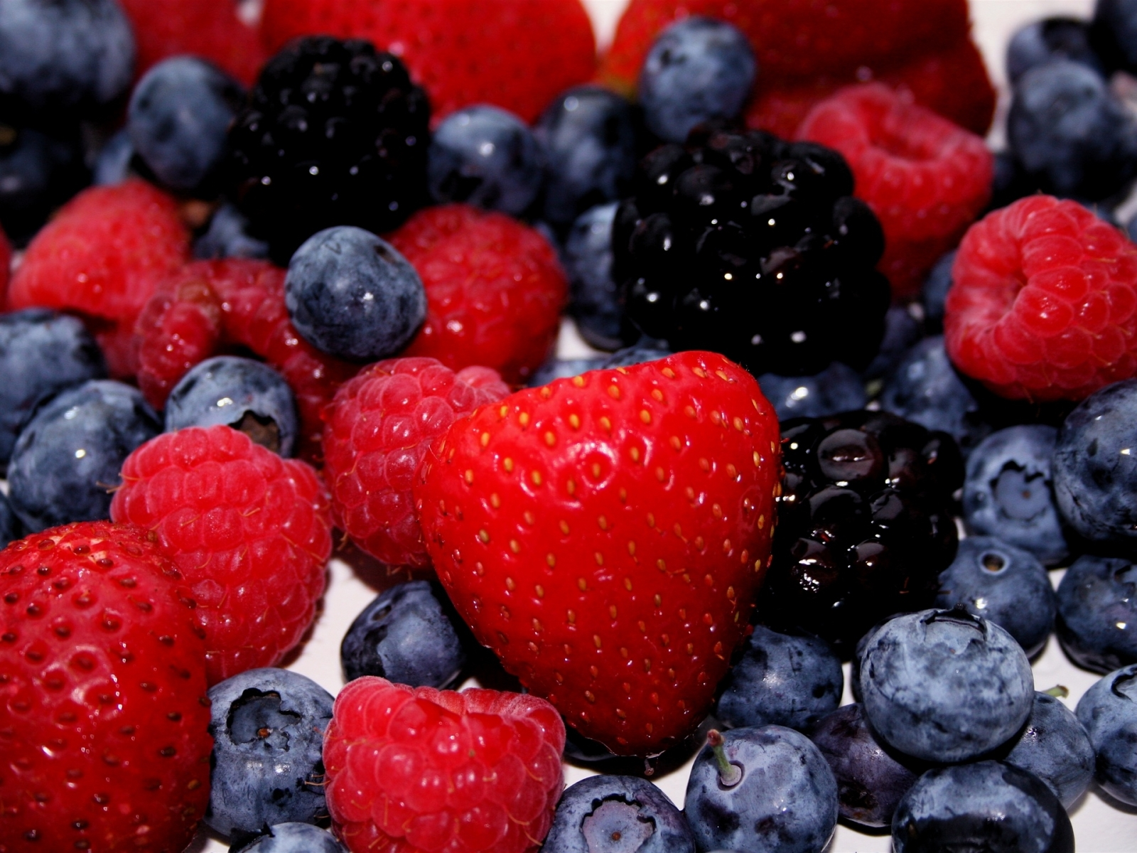 8799 download wallpaper Fruits, Food, Strawberry, Bilberries, Berries screensavers and pictures for free