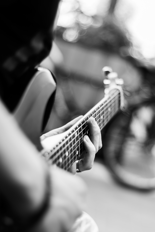 61891 скачать обои Музыкальный Инструмент, Музыка, Размытость, Гитара, Чб, Гитарист - заставки и картинки бесплатно