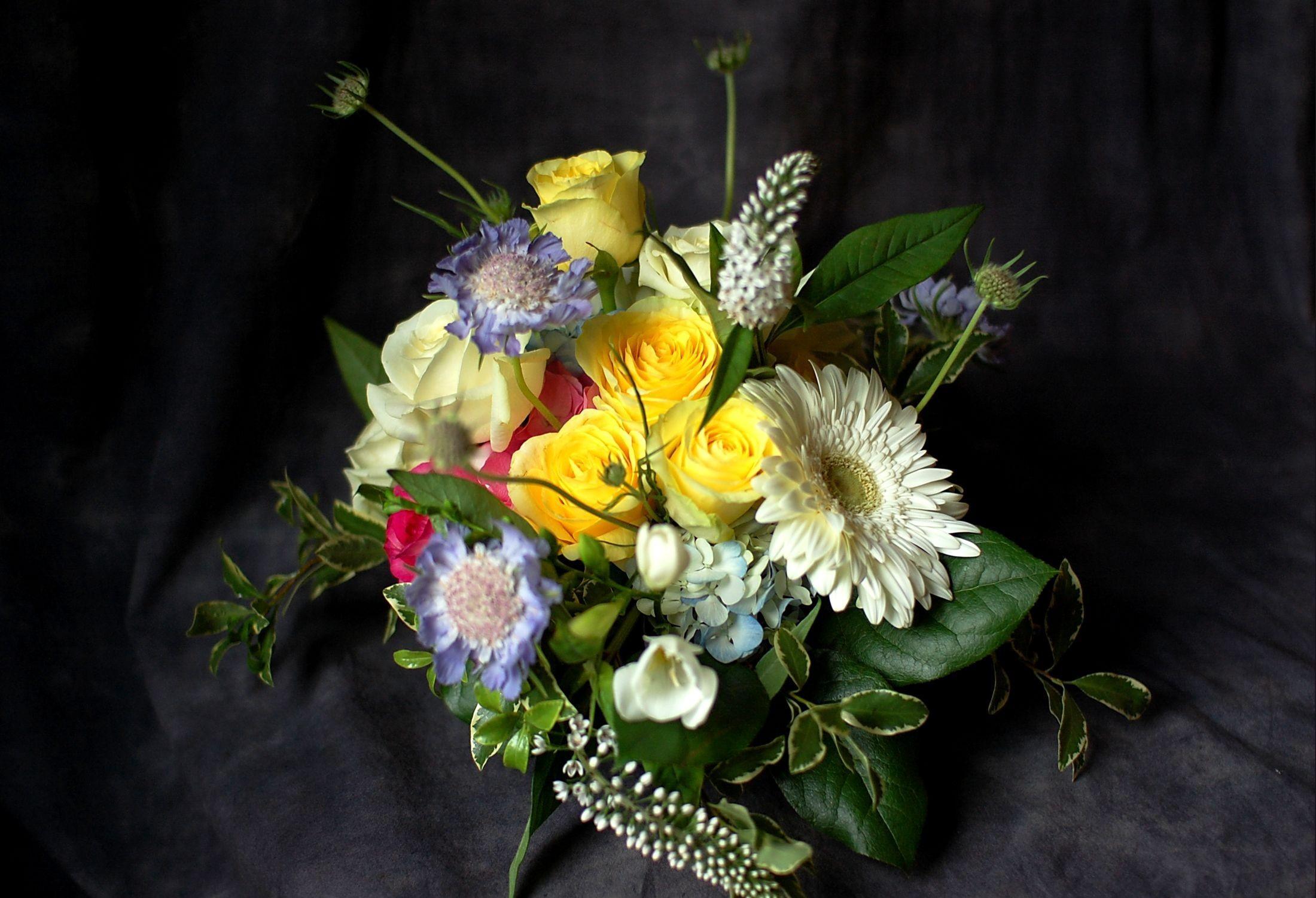 94269 скачать обои Цветы, Гербера, Букет, Композиция, Оформление, Розы - заставки и картинки бесплатно