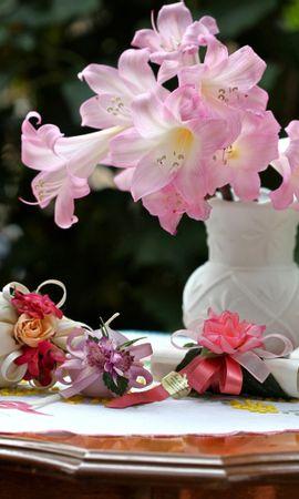 108592 завантажити шпалери Квіти, Ваза, Мішечки, Сумки, Банти, Луки, Свічки, Стіл, Рози - заставки і картинки безкоштовно