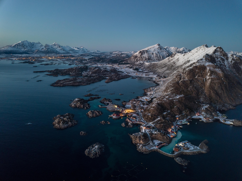 65410 fond d'écran 720x1520 sur votre téléphone gratuitement, téléchargez des images Nature, Montagnes, Neige, Lac, Village, Norvège 720x1520 sur votre mobile