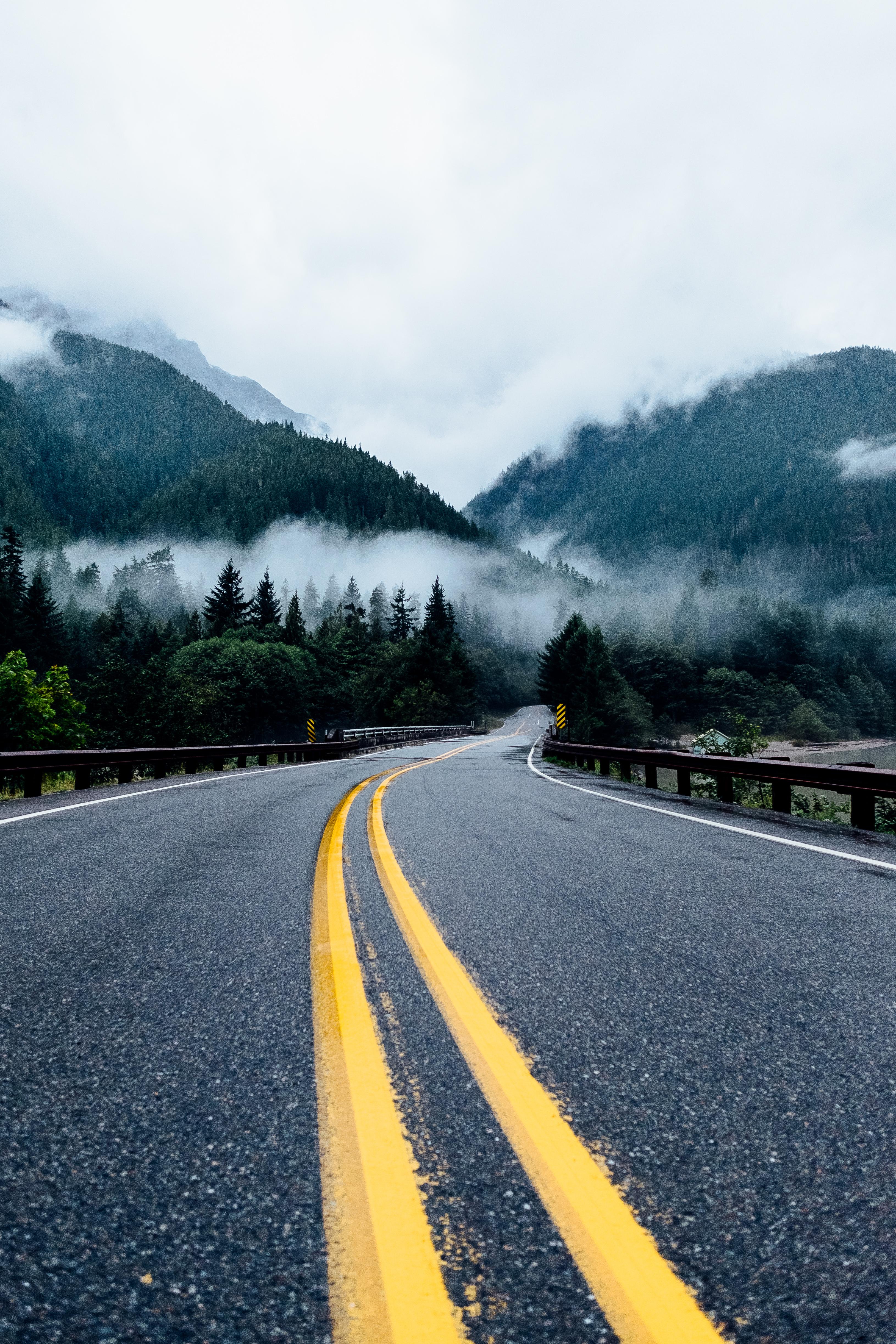 64415 скачать обои Дорога, Туман, Природа, Горы, Поворот, Разметка - заставки и картинки бесплатно