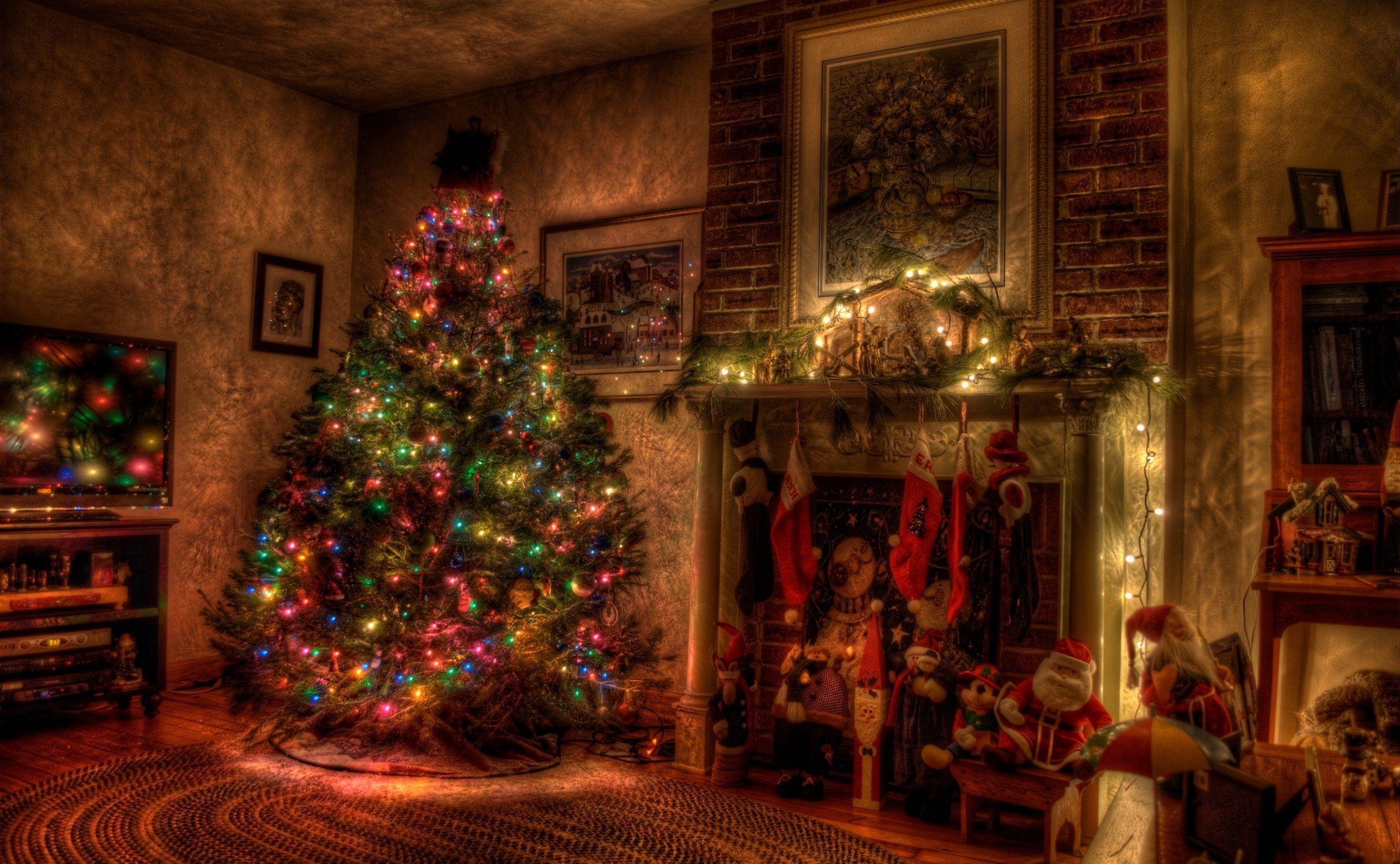 106335 скачать обои Рождество, Праздники, Игрушки, Праздник, Елка, Гирлянды, Камин, Чулки - заставки и картинки бесплатно
