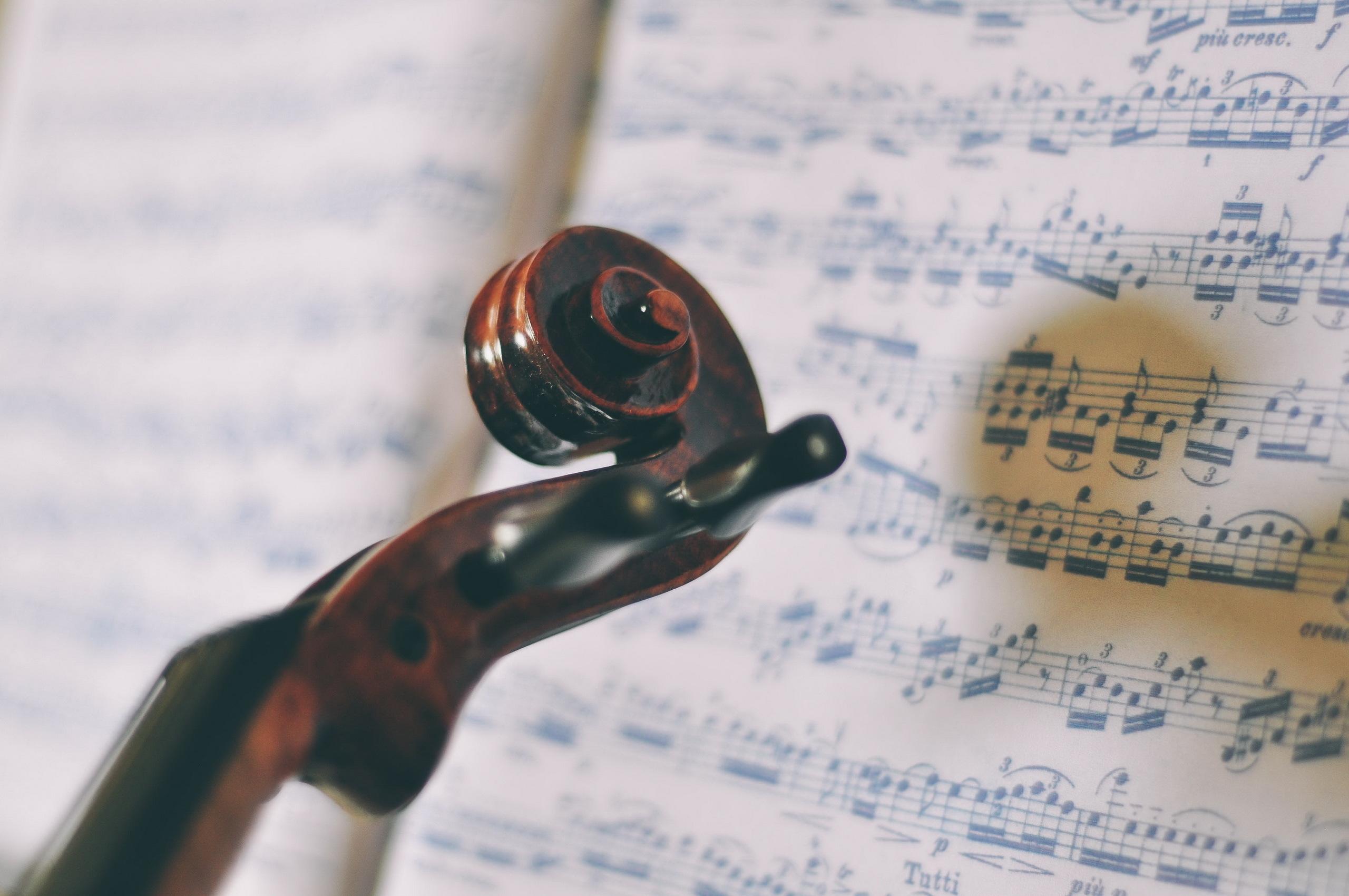 63659 Protetores de tela e papéis de parede Música em seu telefone. Baixe Miscelânea, Variado, Violino, Notas, Música, Folha, Macro fotos gratuitamente