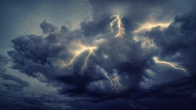 Скачать картинку Шторм, Молнии, Природа, Небо, Облака в телефон бесплатно.