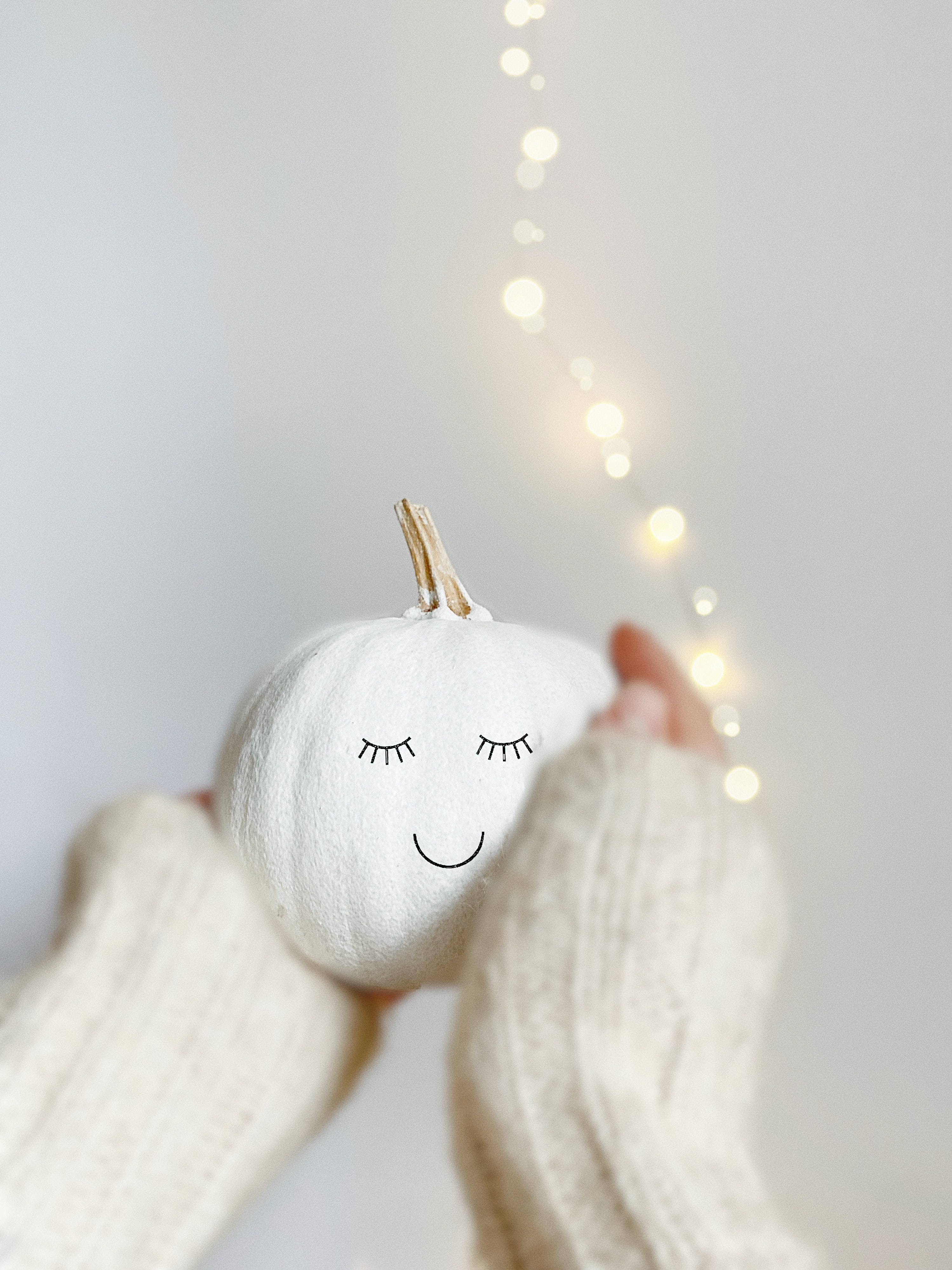 57099 Screensavers and Wallpapers Emoticon for phone. Download Smiley, Emoticon, Pumpkin, Miscellanea, Miscellaneous, Hands, Garland pictures for free