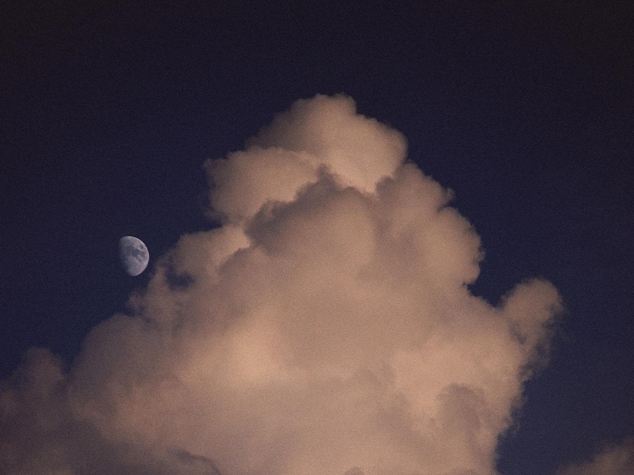 23605 скачать обои Пейзаж, Небо, Облака, Луна - заставки и картинки бесплатно